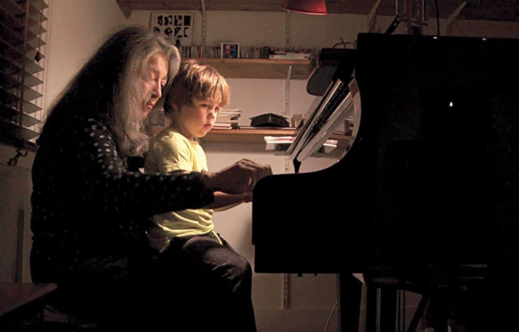 La pianiste Martha Argerich partage un moment tendre avec son petit-fils.