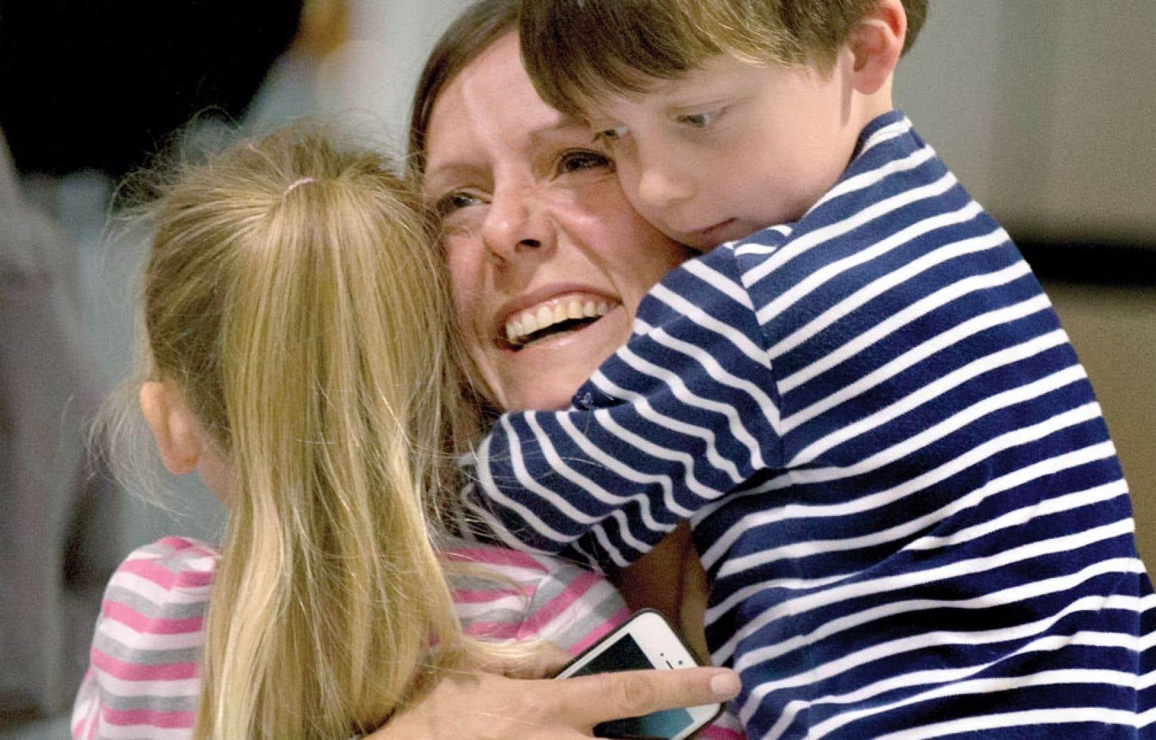 La rameuse Mylène Paquette était de retour à Montréal, mercredi après-midi. Admirateurs et proches, dont les enfants de sa sœur, l'ont accueillie à l'aéroport.