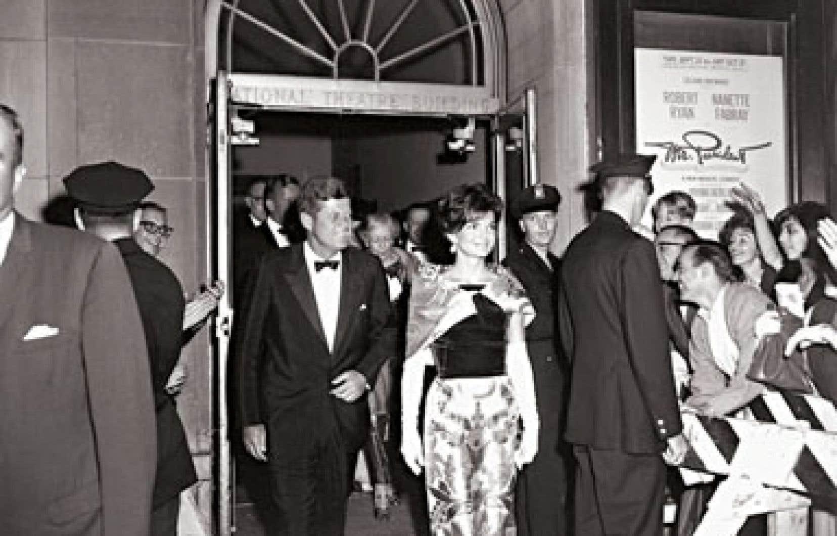 John F. Kennedy en compagnie de son épouse, Jacky, en 1962, lors de la première de la pièce Mr President, à Washington.
