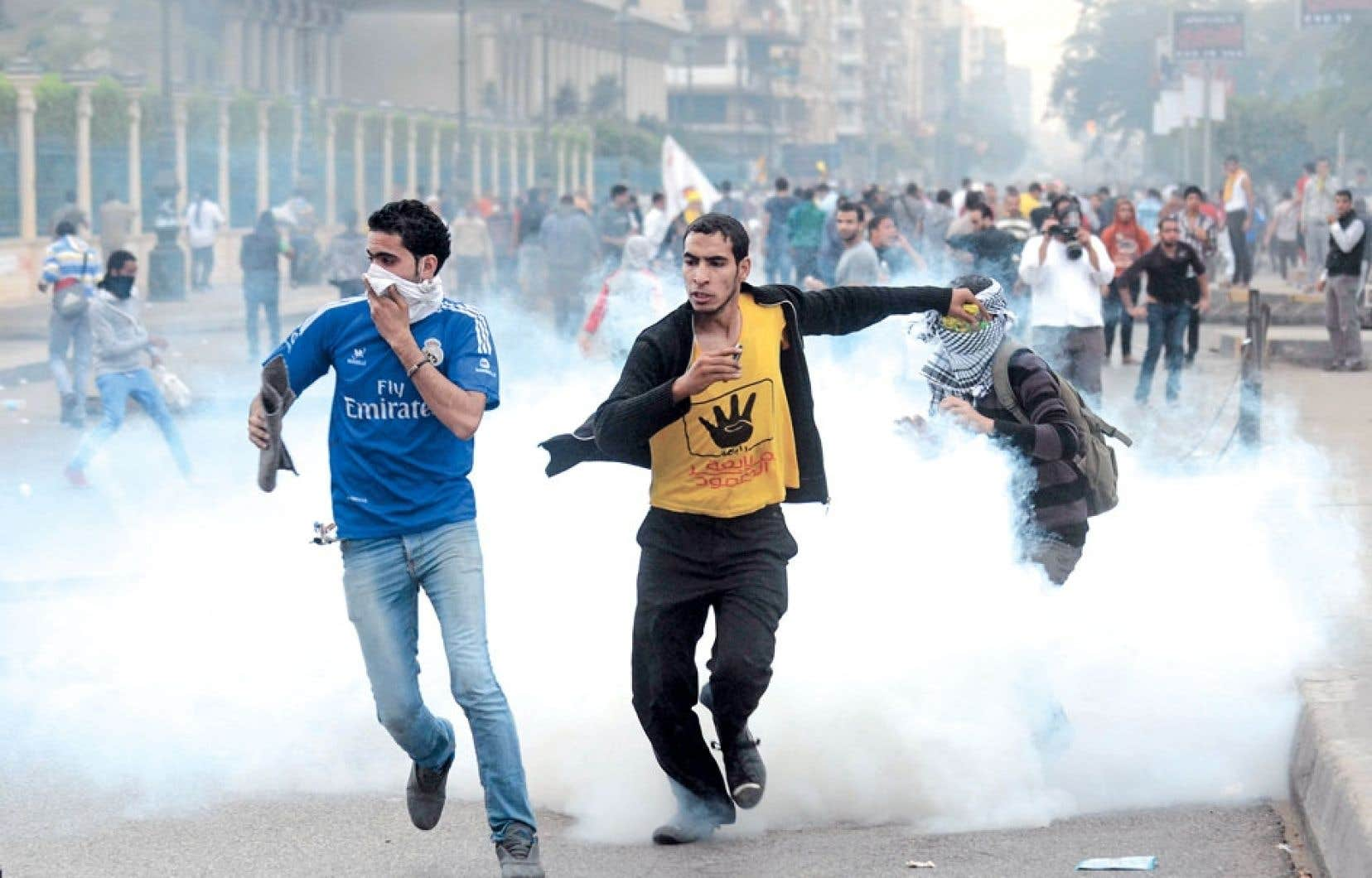 La loi interdit, entre autres choses, la tenue de rassemblements dans les lieux de culte. Ci-dessus, des jeunes fuyant les gaz lacrymogènes lancés lors d'une manifestation vendredi.