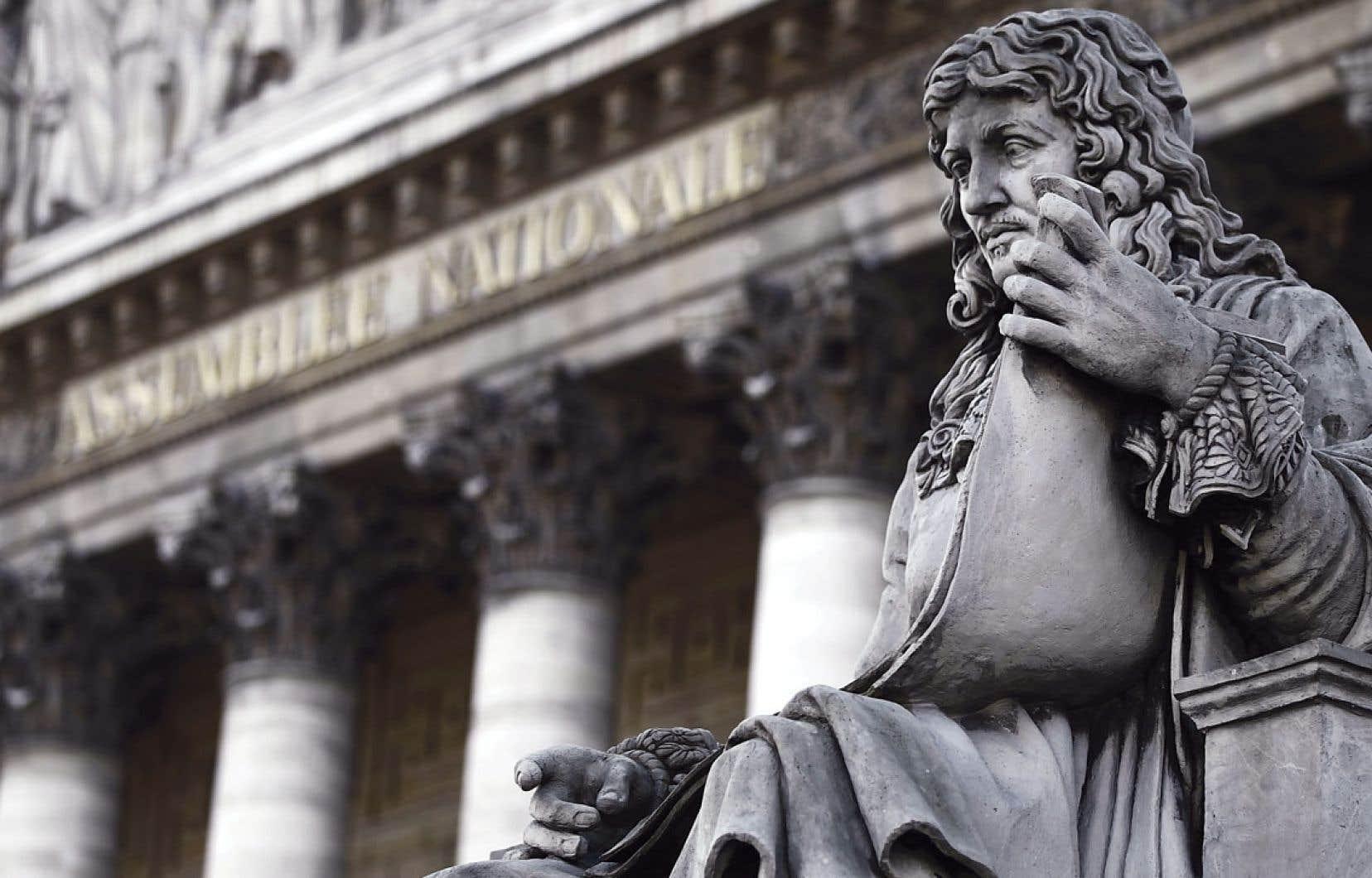 Une statue de Jean-Baptiste Colbert, qui, dans les années 1660, a mis fin à l'envoi de Filles du roi dans les colonies nouvellement passées sous la tutelle de la Marine, trône devant l'Assemblée nationale française.
