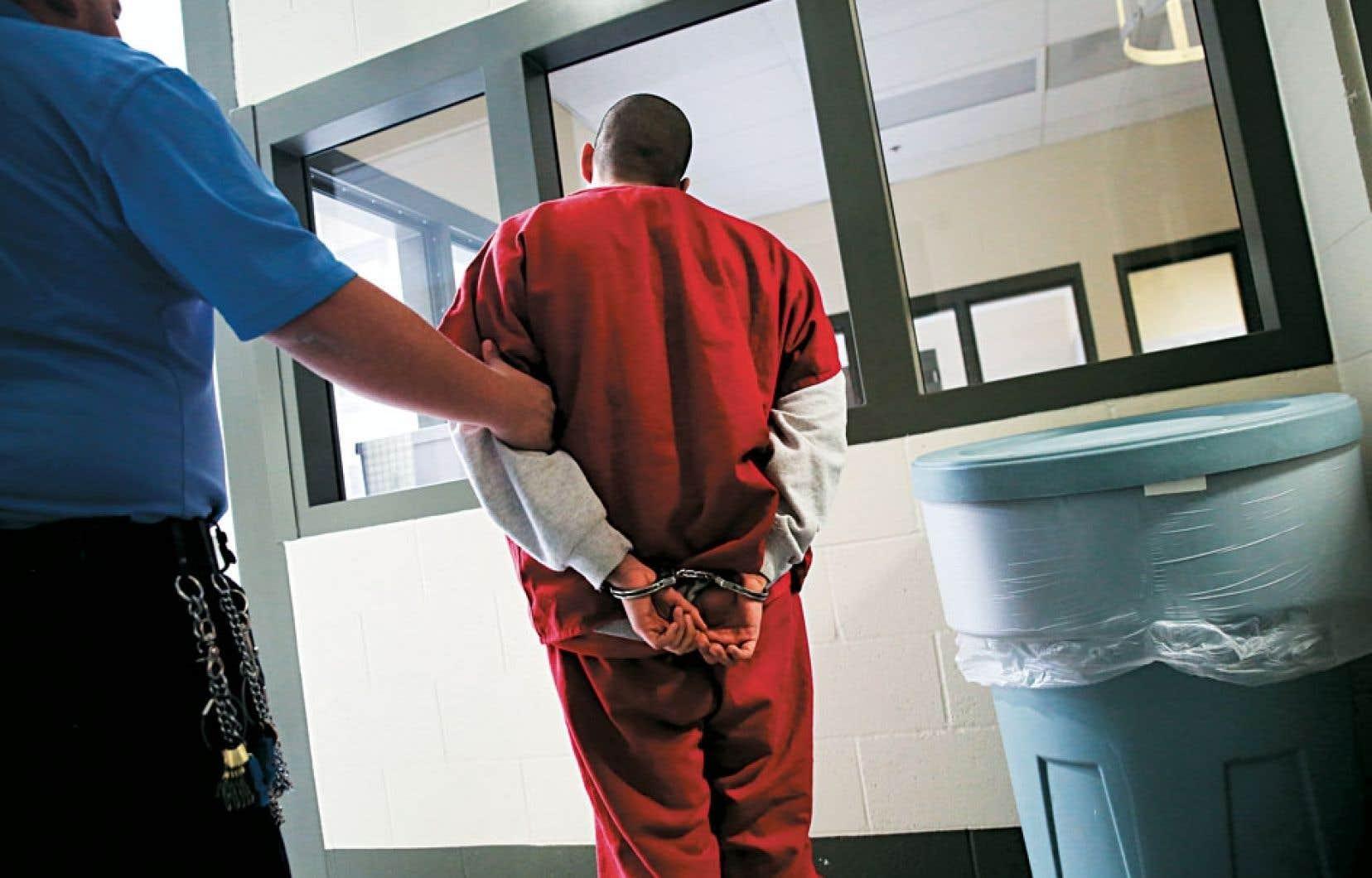 En dépit d'une forte augmentation de la population carcérale visible dans les pénitenciers canadiens, l'enquêteur correctionnel canadien met en garde contre la tentation d'y lire une américanisation des prisons canadiennes. Ci-dessus, un gardien escorte un immigrant dans une prison californienne.