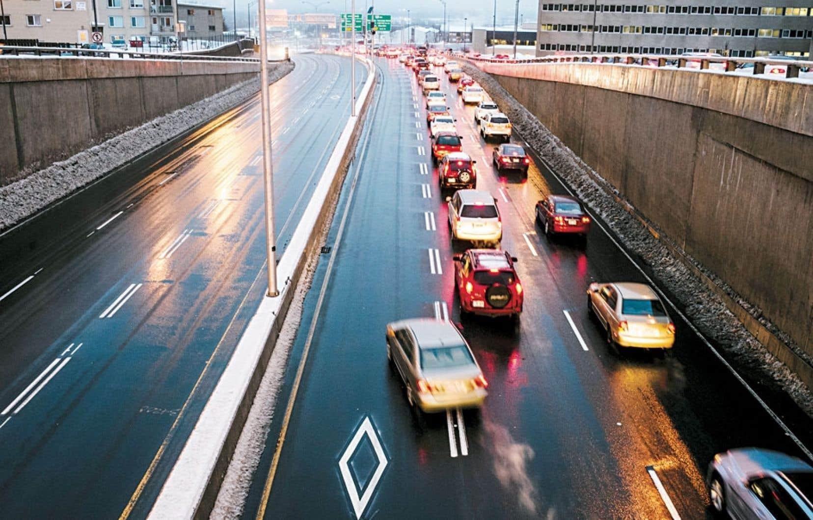 Des conducteurs utilisent les voies réservées aux véhicules du Réseau de transport de la capitale.