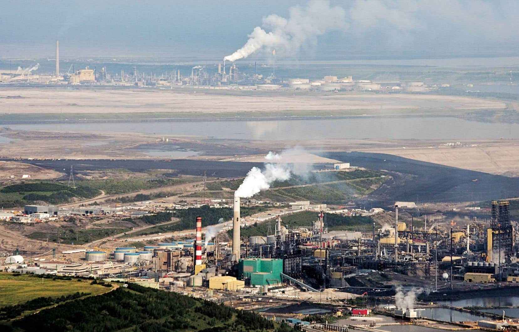 Les installations de Suncor à Fort McMurray, en Alberta. La raffinerie montréalaise Suncor pourrait éventuellement traiter du pétrole synthétique issu des sables bitumineux.