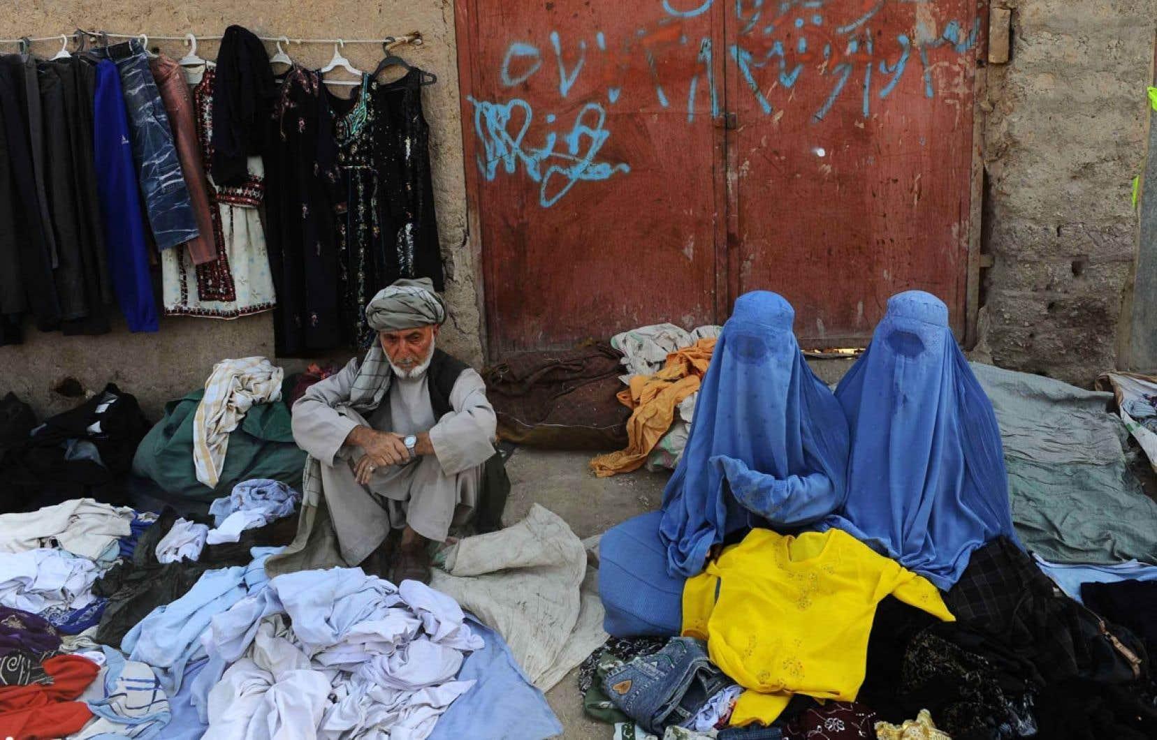 Vendeurs de vêtemens usagés dans la rue à Kaboul. L'Afghanistan figure parmi les pays où la corruption sévit le plus. Plus un pays est pauvre, plus il est exposé à la corruption, note Transparency International.
