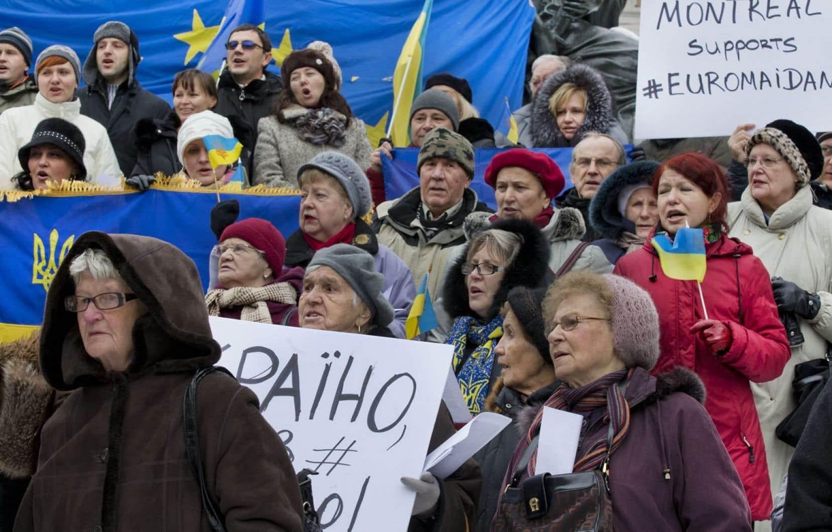 Des Québécois d'origine ukrainienne ont manifesté lundi, devant l'ambassade de l'Ukraine à Montréal.