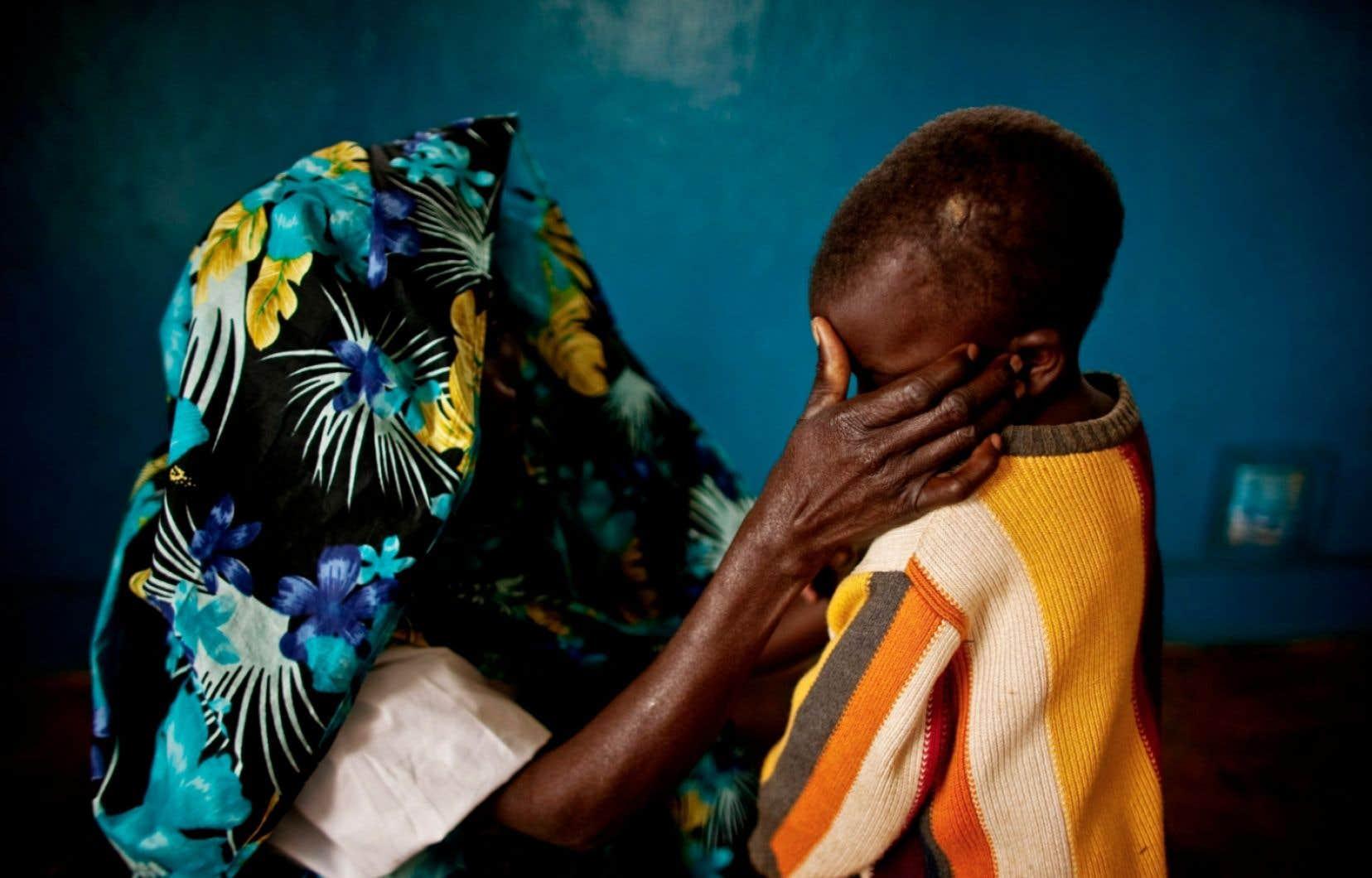 Une femme congolaise victime de viol, en compagnie de son garçon. D'abord utilisé comme arme de guerre par des soldats ou des miliciens, le viol s'est banalisé. Il est de plus en plus souvent commis par des « gens ordinaires ».