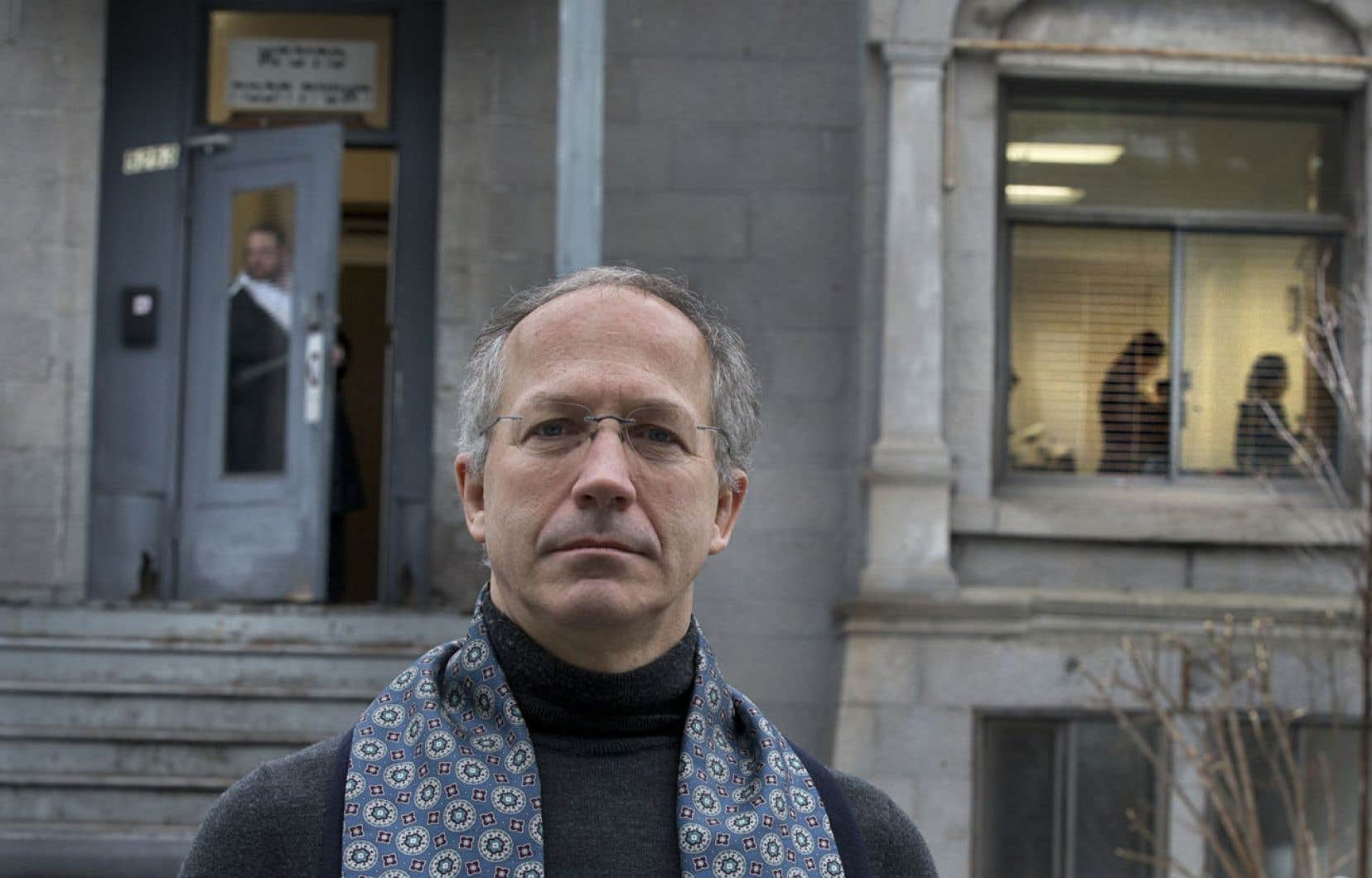 Pierre Lacerte documente les infractions de stationnement commises par les trois hassidim afin d'alimenter son blogue.