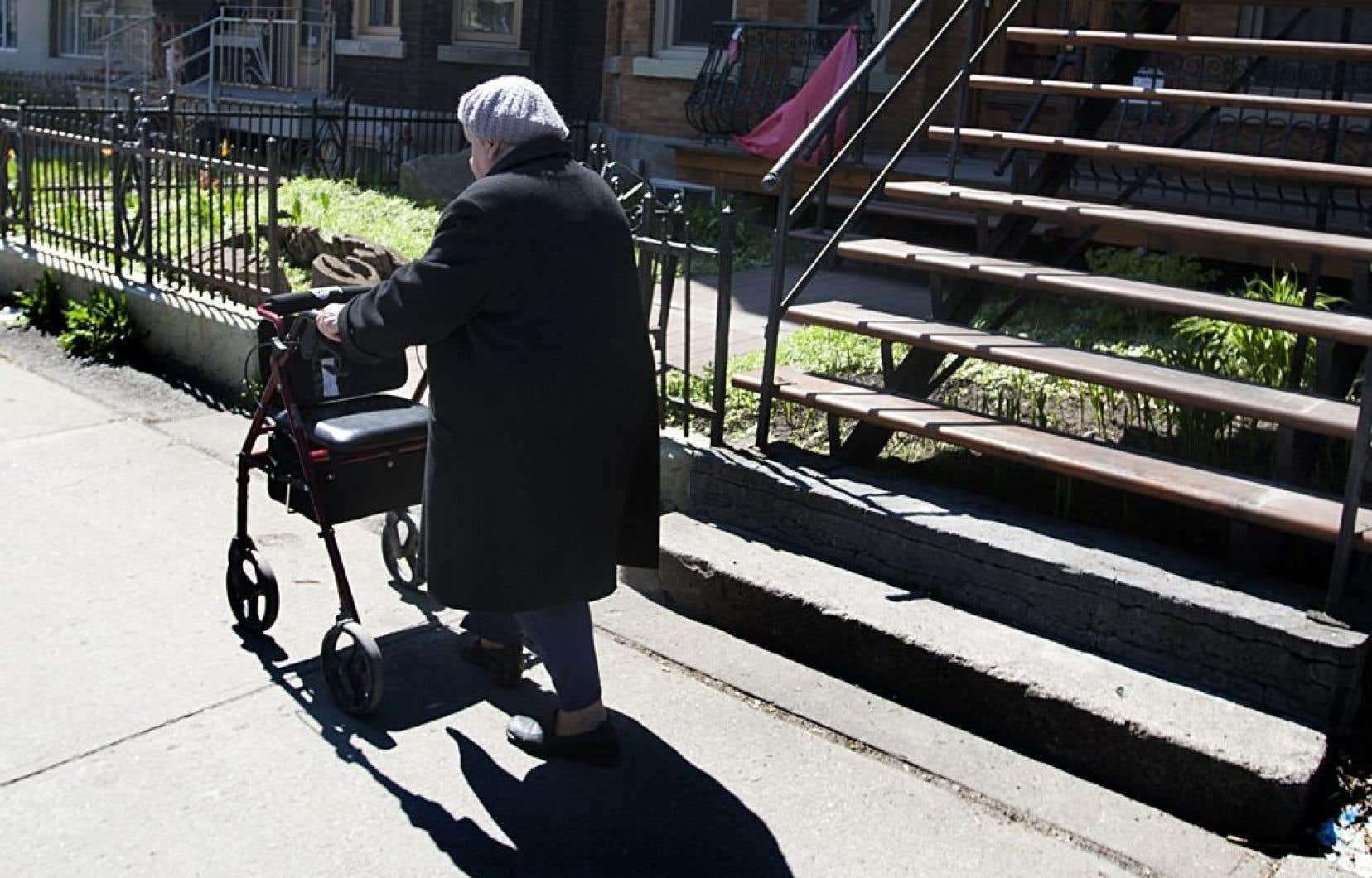Les adultes et les mineurs émancipés présentant des incapacités en raison d'une maladie chronique, d'une déficience physique ou intellectuelle ou d'un trouble envahissant du développement auraient ainsi droit, après évaluation, à une allocation de soutien à l'autonomie.