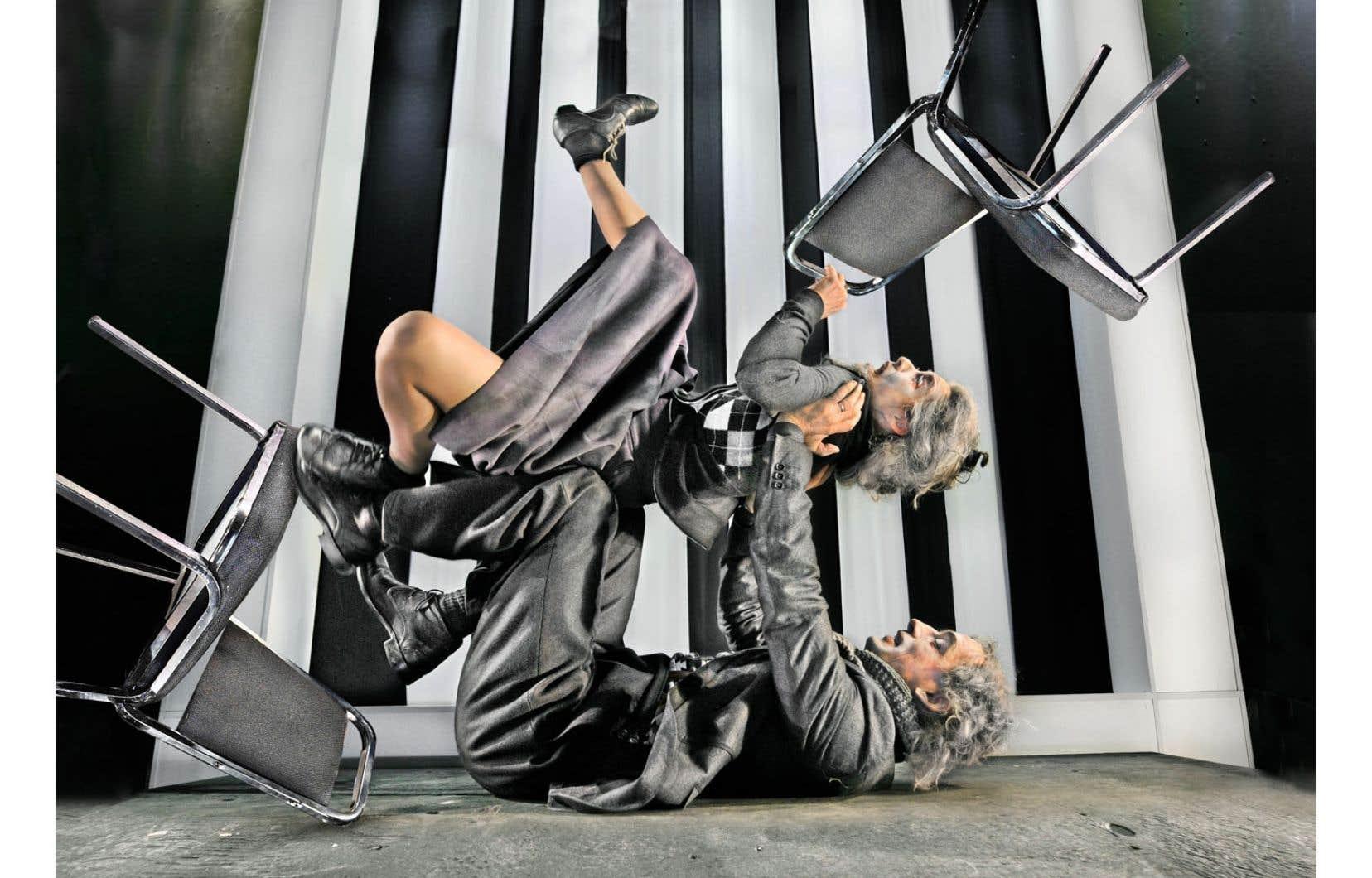 Un moment de la chorégraphie des Chaises, d'après l'œuvre d'Eugène Ionesco