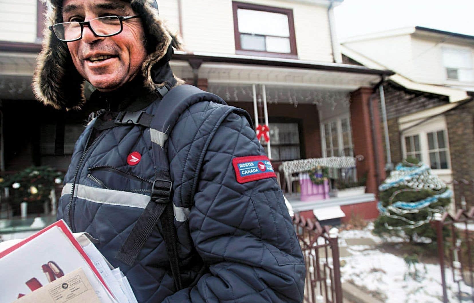 Postes Canada mettra fin à la livraison du courrier à domicile en milieu urbain d'ici cinq ans.