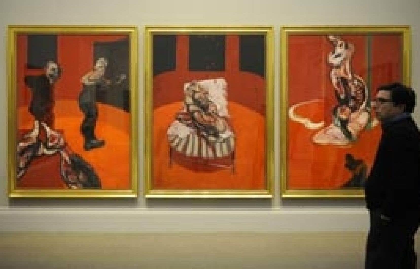Un visiteur observe une oeuvre de Francis Bacon.