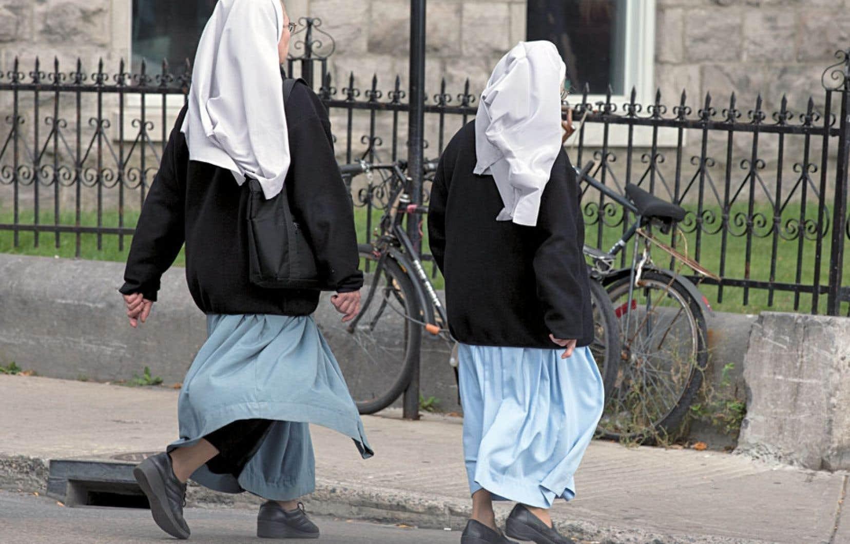 Le projet québécois n'interdit aucun signe religieux dans l'espace public en général.