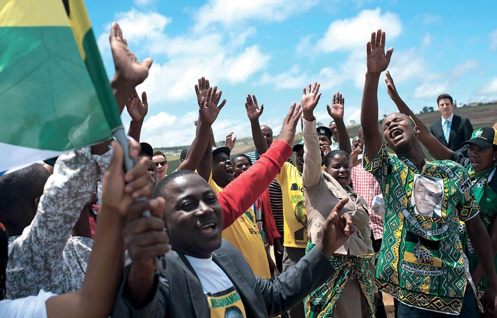 Des citoyens chantent à Qunu, le village natal de Nelson Mandela, où le leader sud-africain, mort le 5 décembre à 95 ans, a été enterré dimanche.