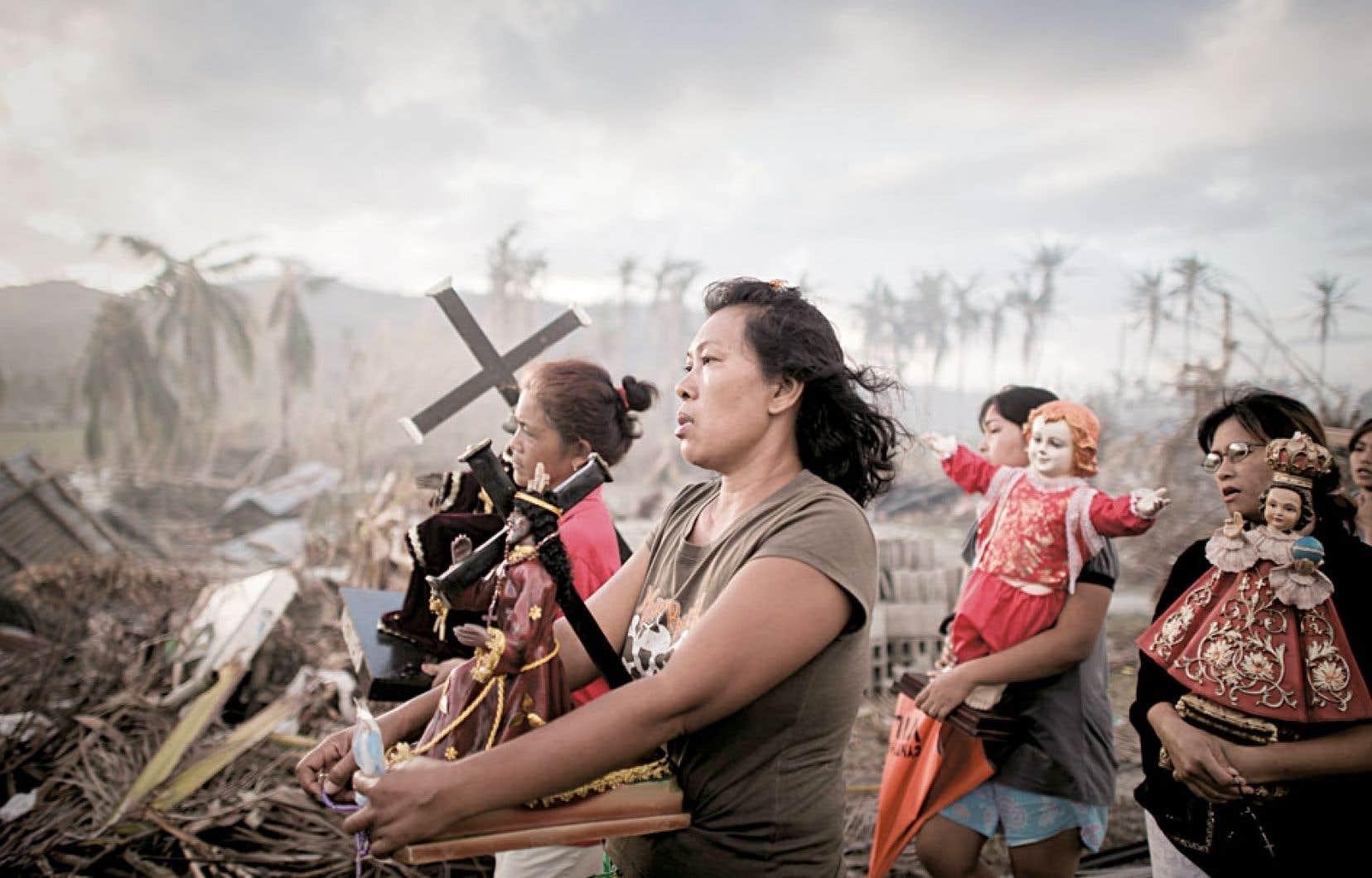 Des survivantes du typhon Haiyan, qui a dévasté les Philippines, marchent à l'occasion d'une cérémonie à la mémoire des 7000 victimes.