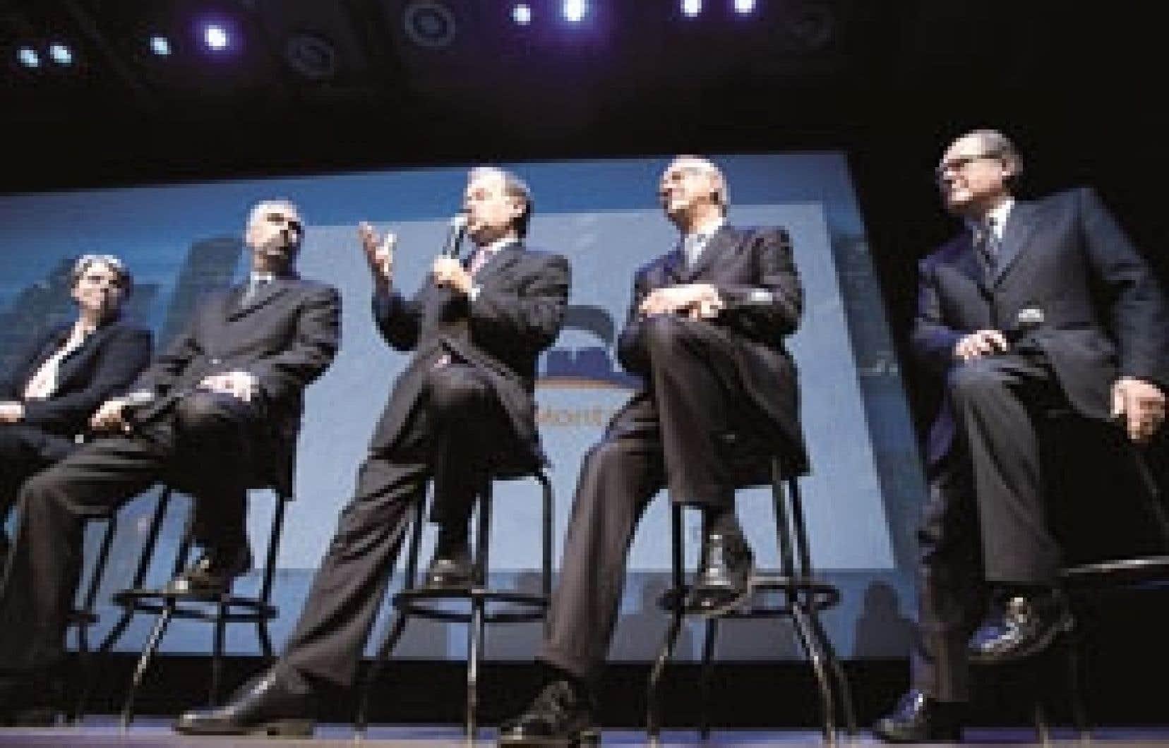 Le ministre du Développement économique, Raymond Bachand (deuxième à gauche), et le maire de Montréal, Gérald Tremblay (au centre).