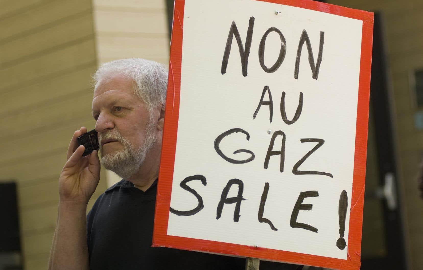 Manifestant contre l'exploitation du gaz de schiste au Québec