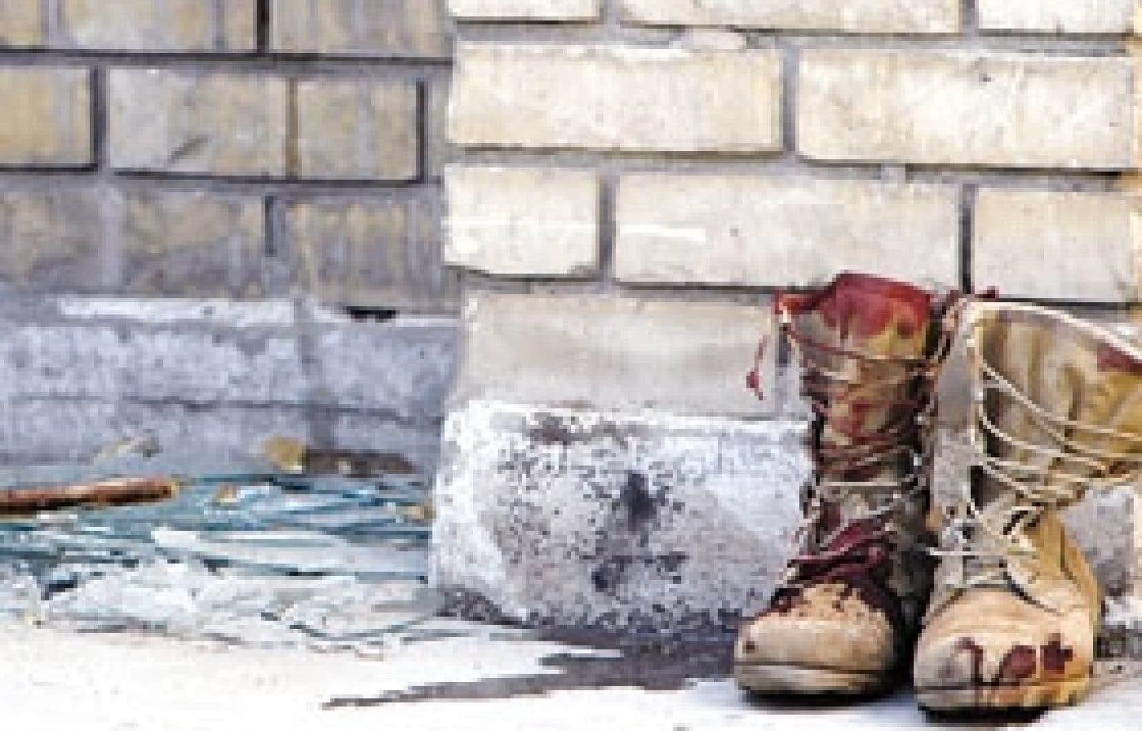 Laissées à l'entrée d'un hôpital de Bagdad, les bottes d'un soldat irakien tué hier portaient les traces de la violence de l'attentat suicide qui a carrément coupé en deux le pont al-Sarafiya reliant l'est et l'ouest de la capitale de