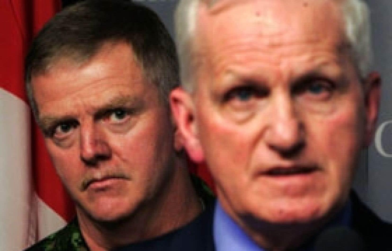 Le ministre de la Défense, Gordon O'Connor, que l'on voit ici avec le général Rick Hillier, a annoncé hier l'acquisition de 120 chars d'assaut supplémentaires qui seront déployés en Afghanistan.