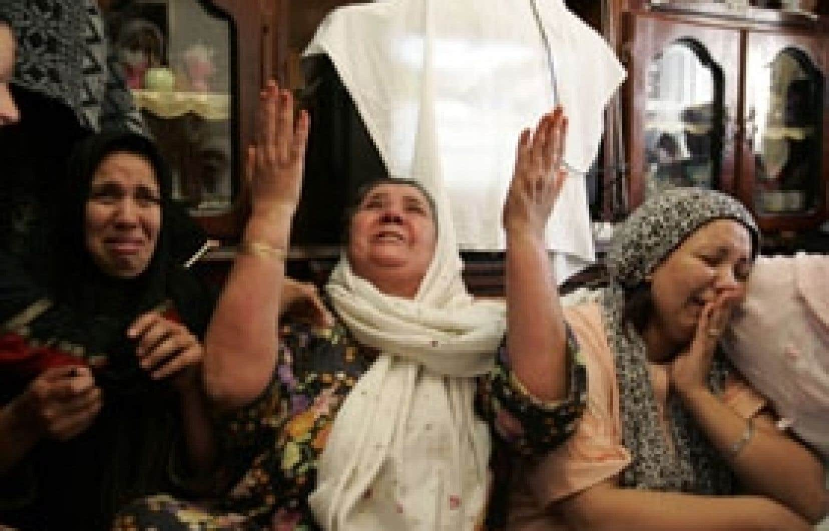 Une mère algérienne pleurait sa fille hier à Alger.