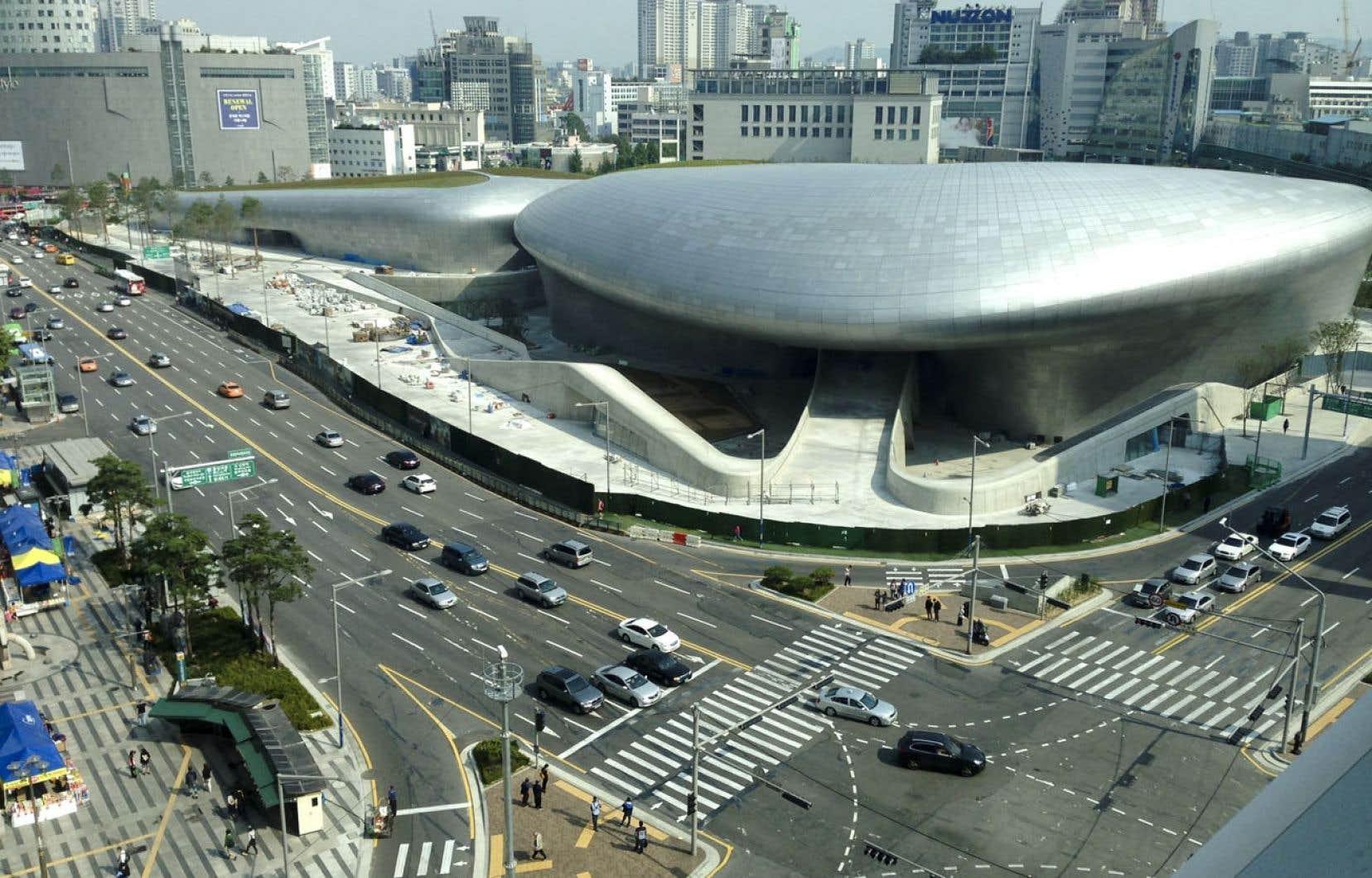Tel un ovni posé sur la ville, le centre de design Dongdaemun a été conçu par l'architecte britannique Zaha Hadid. Ses 45 000 panneaux d'aluminium lui donnent des airs futuristes.