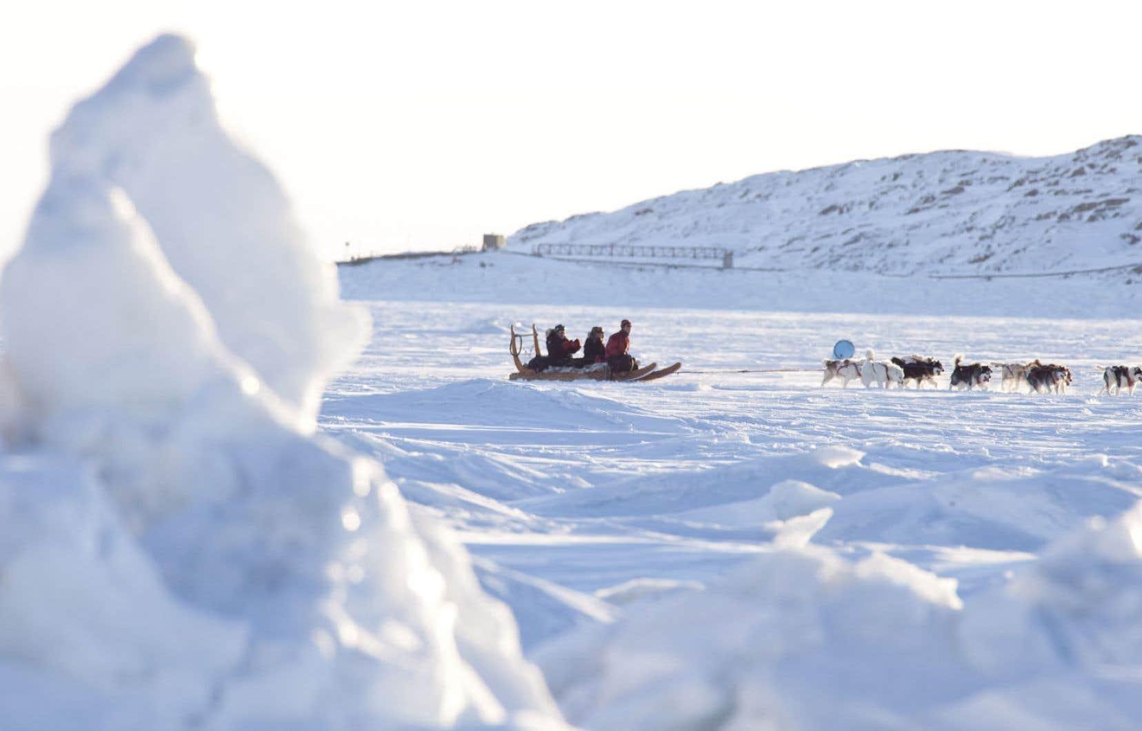 Au Nunavut, le gel arrive quatre semaines plus tard qu'avant, ce qui rend, par exemple, la pêche sur glace moins sécuritaire. Chez les peuples autochtones, le manque de nourriture de sources traditionnelles entraîne la dépendance aux aliments industriels, ce qui crée des problèmes de santé tels que le diabète.
