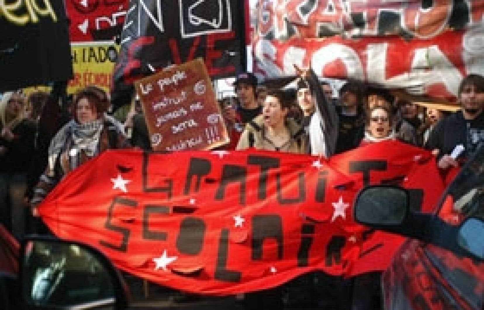 Des étudiants manifestaient contre la hausse des droits de scolarité à Montréal le 30 mars dernier. Parmi les idées avancées hier par la TD pour contrer la crise du vieillissement de la population figure l'abandon du gel de ces droits.