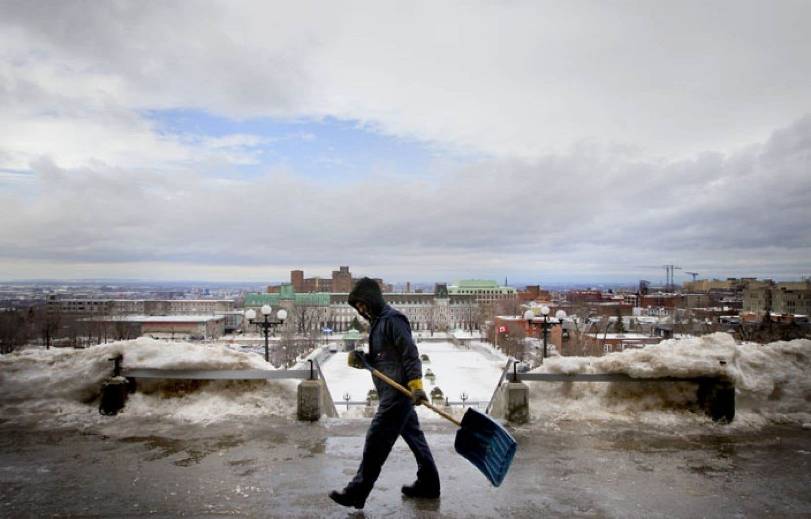 L'heure était au déglaçage lundi matin à l'oratoire Saint-Joseph, comme pour d'autres entrées de bâtiments publics de Montréal.