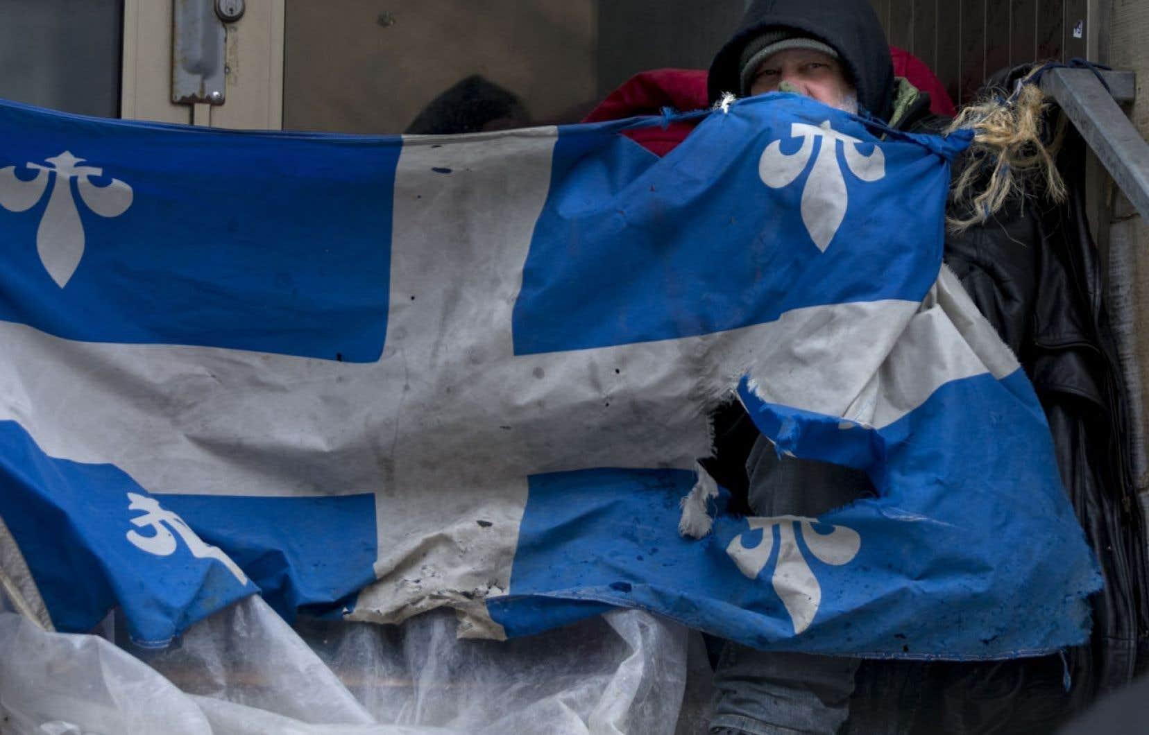 L'auteur d'une vidéo montrant un policier interpeller un itinérant sur le trottoir par une journée glaciale lance un appel aux autorités pour que les marginaux se fassent soigner plutôt que d'aboutir dans les mailles du système judiciaire. Ci-dessus: un sans-abri se réchauffant comme il peut dans une rue de Montréal lundi.