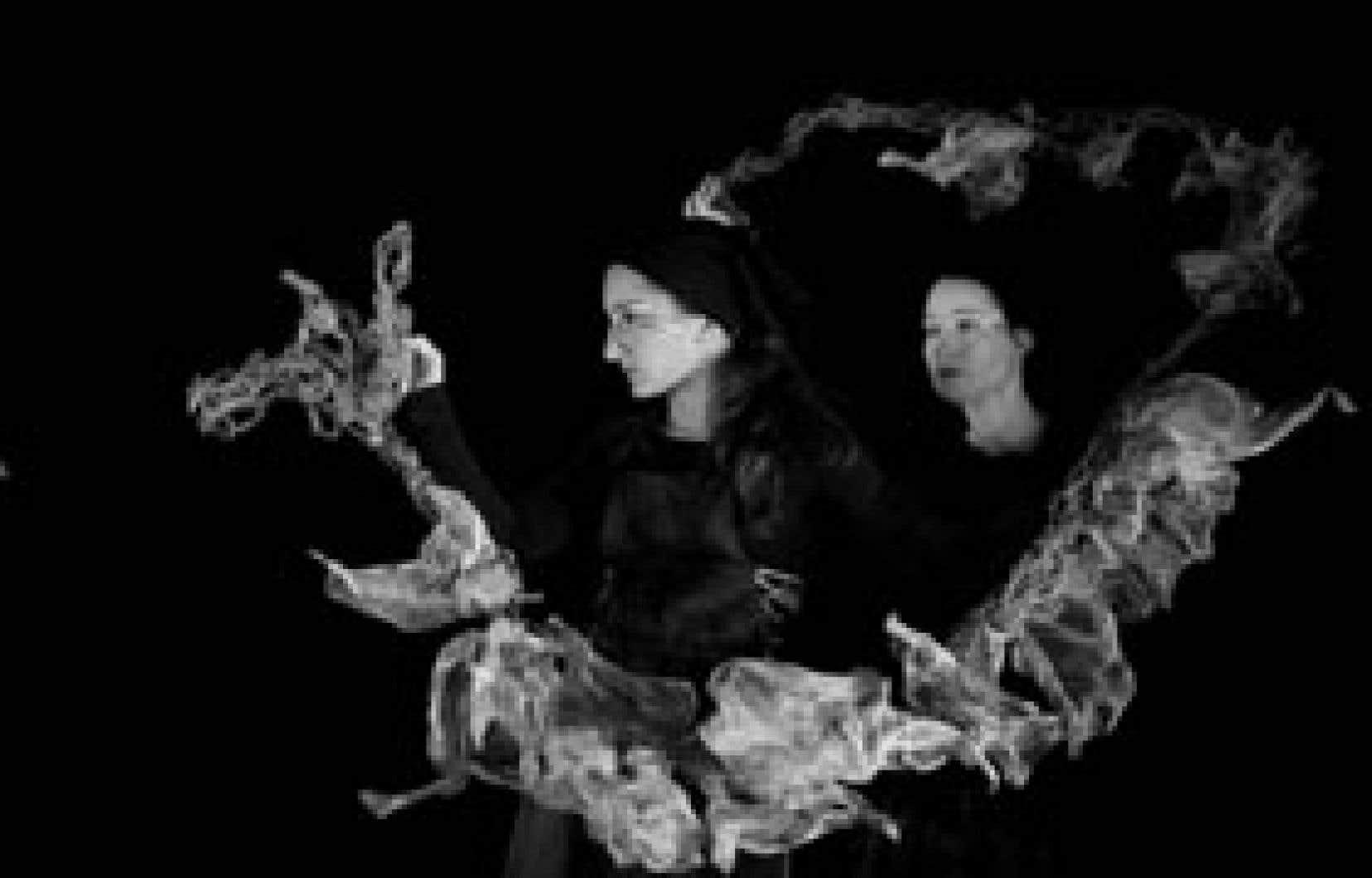 Fil de fées du Collectif Maât et du Domaine des possibles risque aussi d'en émerveiller plus d'un avec ses manipulations oniriques qui inventent des personnage avec des bouts de ficelle et de tissu. Photo: Mathieu Chartrand