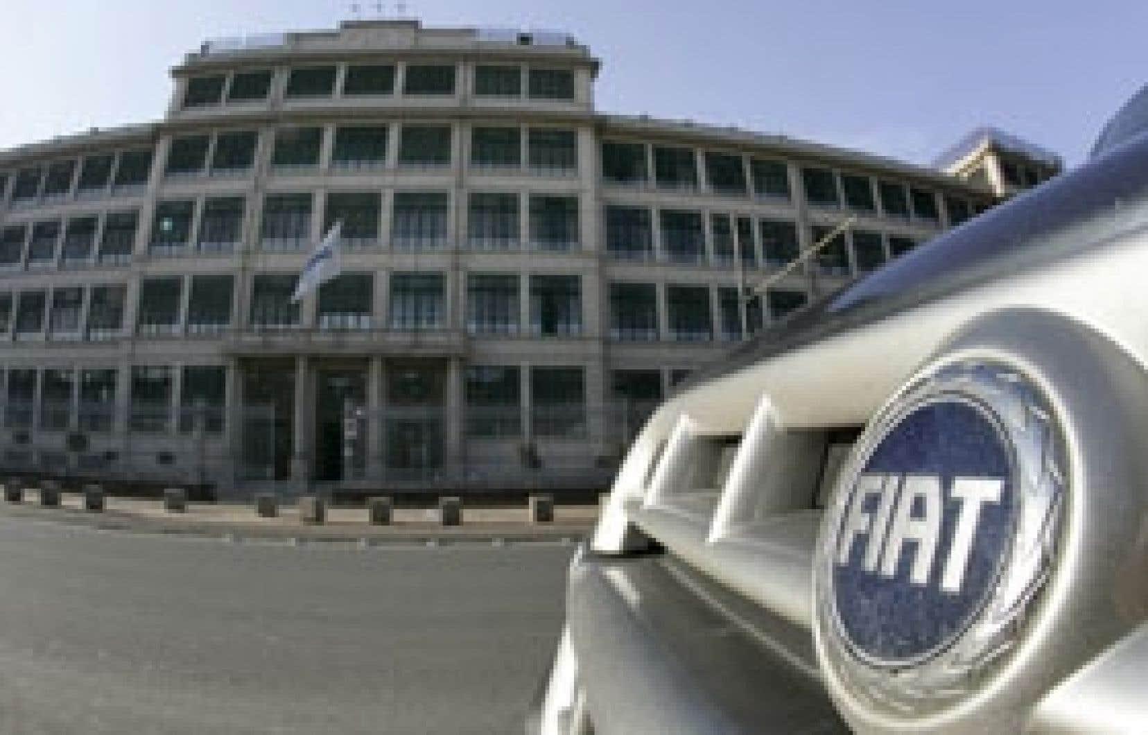 Une Fiat est garée devant le siège social de l'entreprise, à Turin. Le constructeur italien a versé cette année un dividende à ses actionnaires pour la première fois depuis 2001.