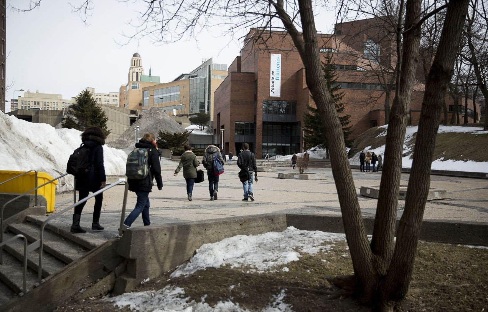 Les cotisations versées par une université ne pourront dorénavant représenter plus de 12% du budget du BCI. Ci-dessus, des étudiants fréquentent le campus de l'Université de Montréal.