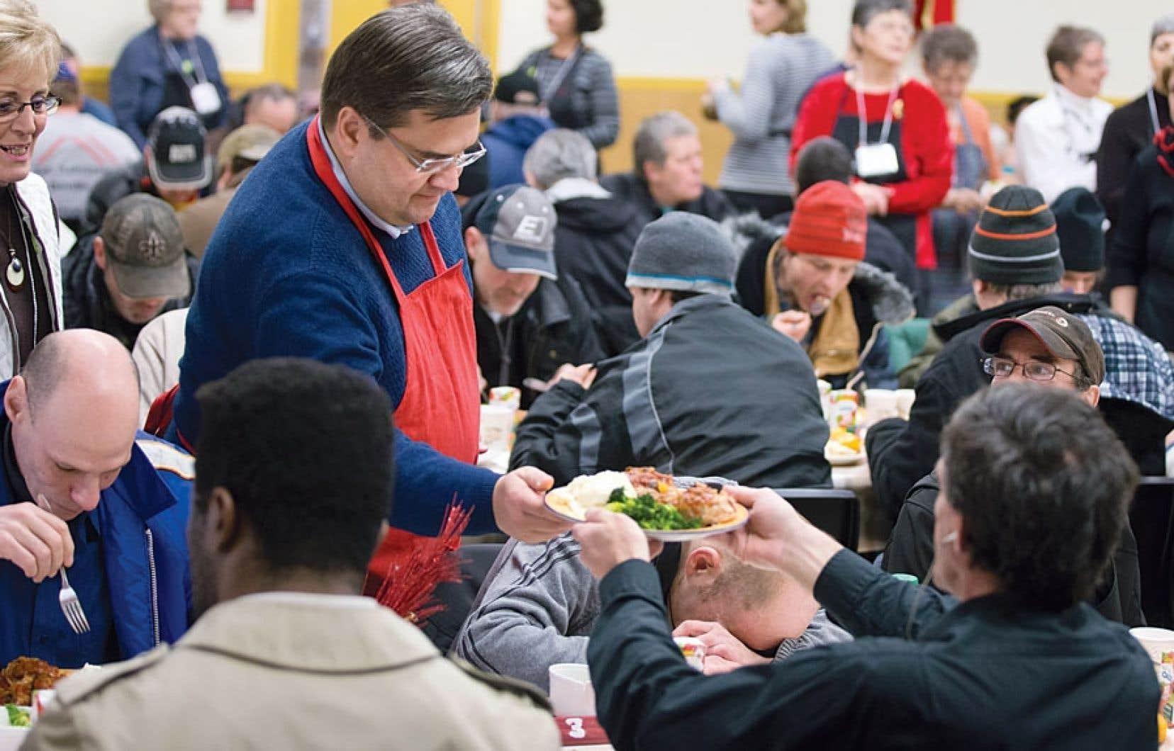 Les engagements du maire Coderre en matière d'itinérance ont été faits en marge du dîner des Rois de l'Accueil Bonneau, où quelque 550 repas chauds ont été servis à des sans-abri, dimanche en mi-journée.