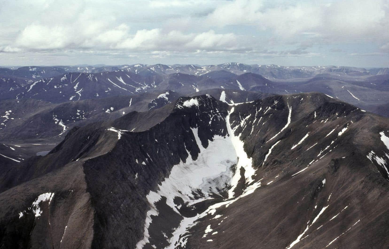 Haut plateau des monts Torngat ciselé par l'activité glaciaire, près du fjord de Nachvak dans le nord du Labrador. Seulement une dizaine de plantes vasculaires colonisent les hauts sommets de la région.