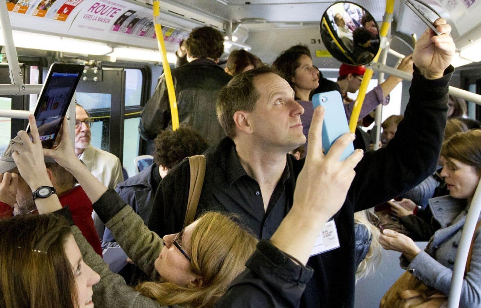 La bibliothèque numérique a été lancée en présence de nombreux auteurs, dont Jean-François Nadeau, en octobre dernier dans un autobus montréalais.