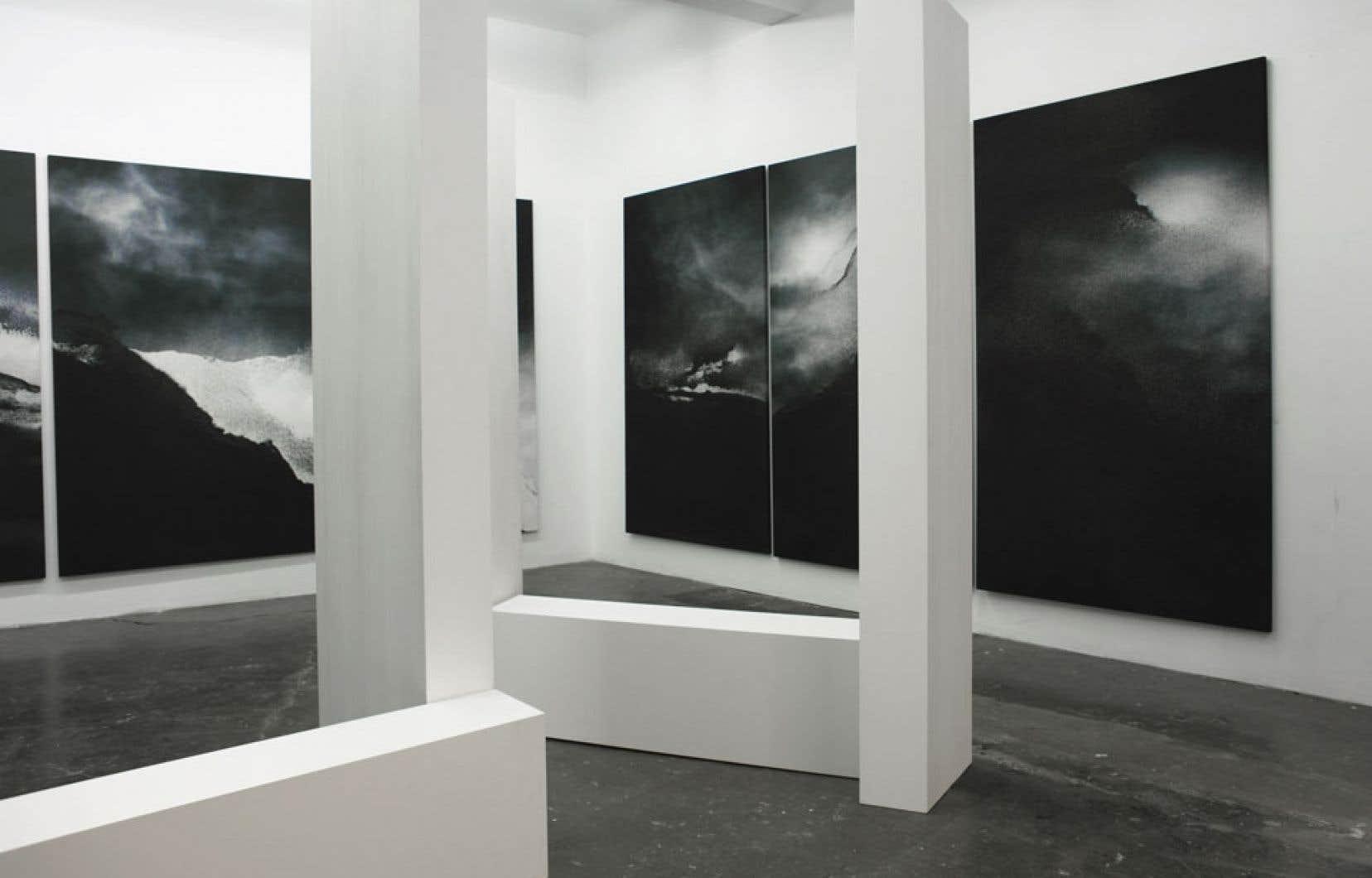 Terre de sable (2012) de Jocelyne Alloucherie fait partie d'une série réalisée à partir de grains de sable qu'elle a appliqués sur une image de ciel, avant de numériser la composition.