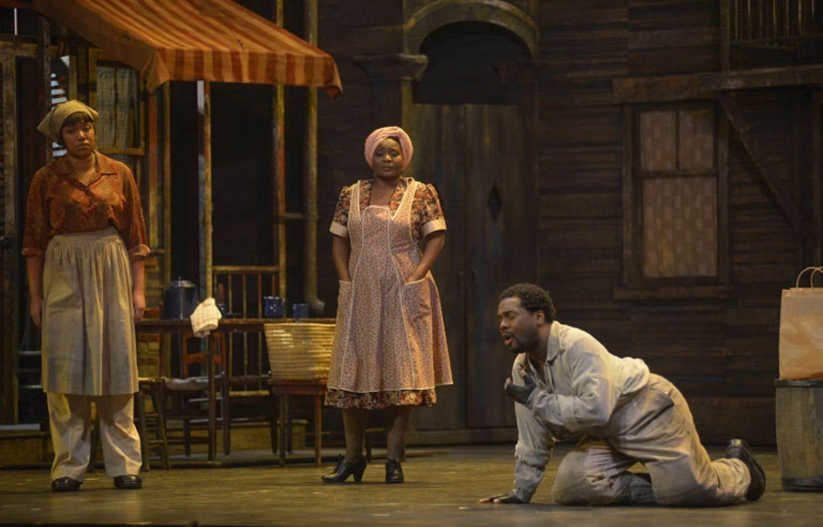 Marie-Josée Lord (au centre) tient le rôle de Serena.