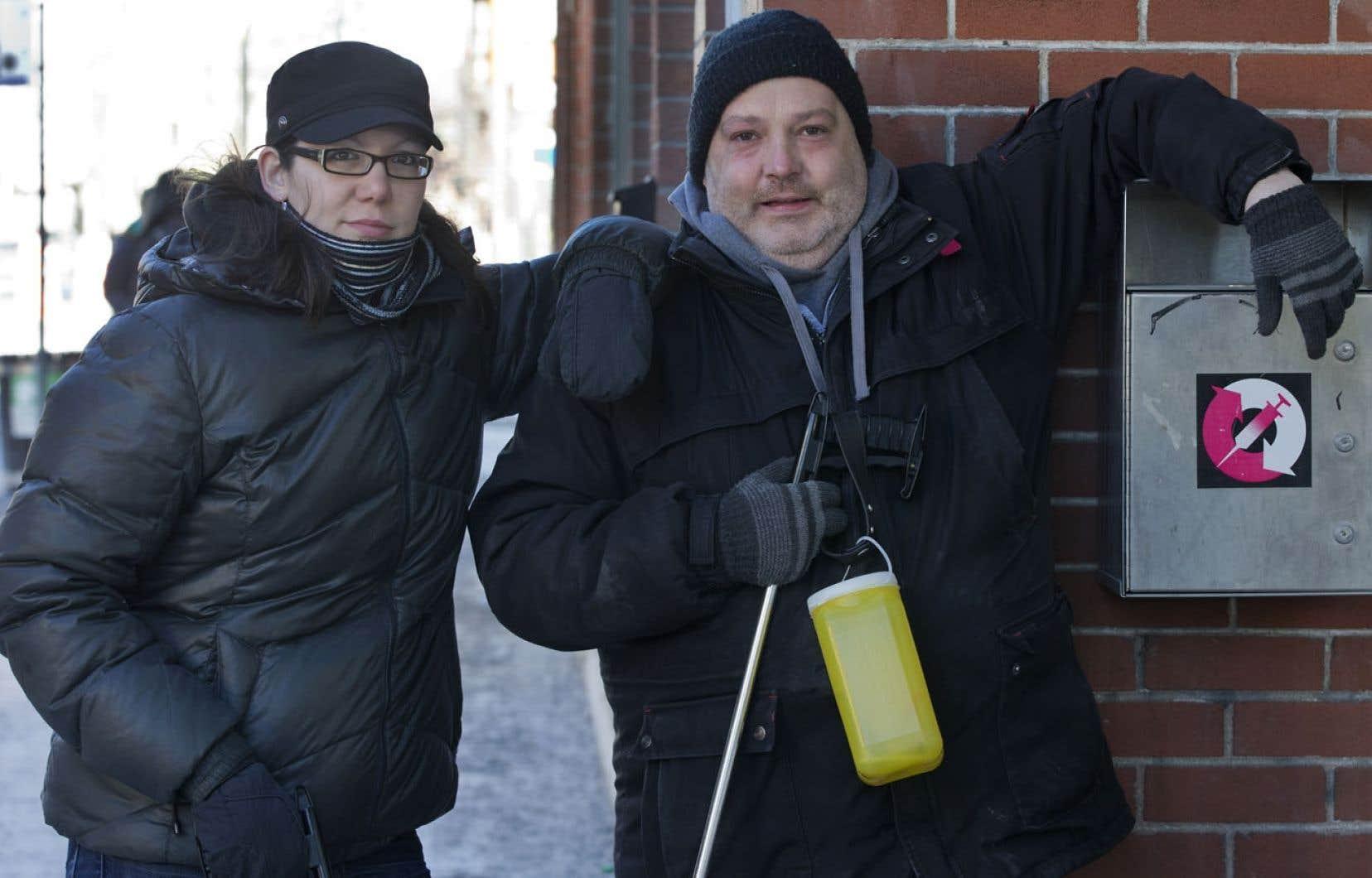Les intervenants de rue Sophie Auger et Stéphane Royer marchent dans le quartier, parlent aux résidants, conseillent les jeunes toxicomanes et ramassent les seringues abandonnées par les junkies.