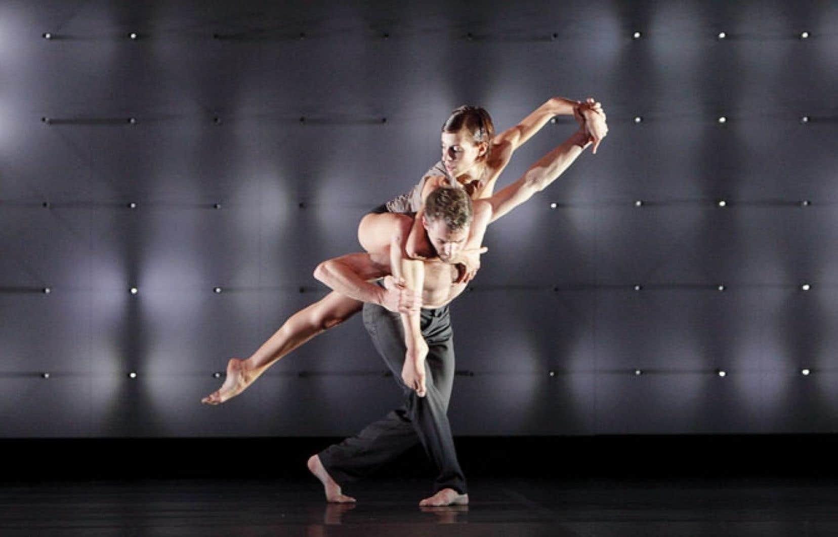 Le chorégraphe Wayne McGregor conçoit ses œuvres en étroite collaboration avec les danseurs et les concepteurs de son et de lumière. Pour FAR, pièce pour dix danseurs, un panneau truffé de 3000 ampoules LED constitue la scénographie, signée Lucy Carter.