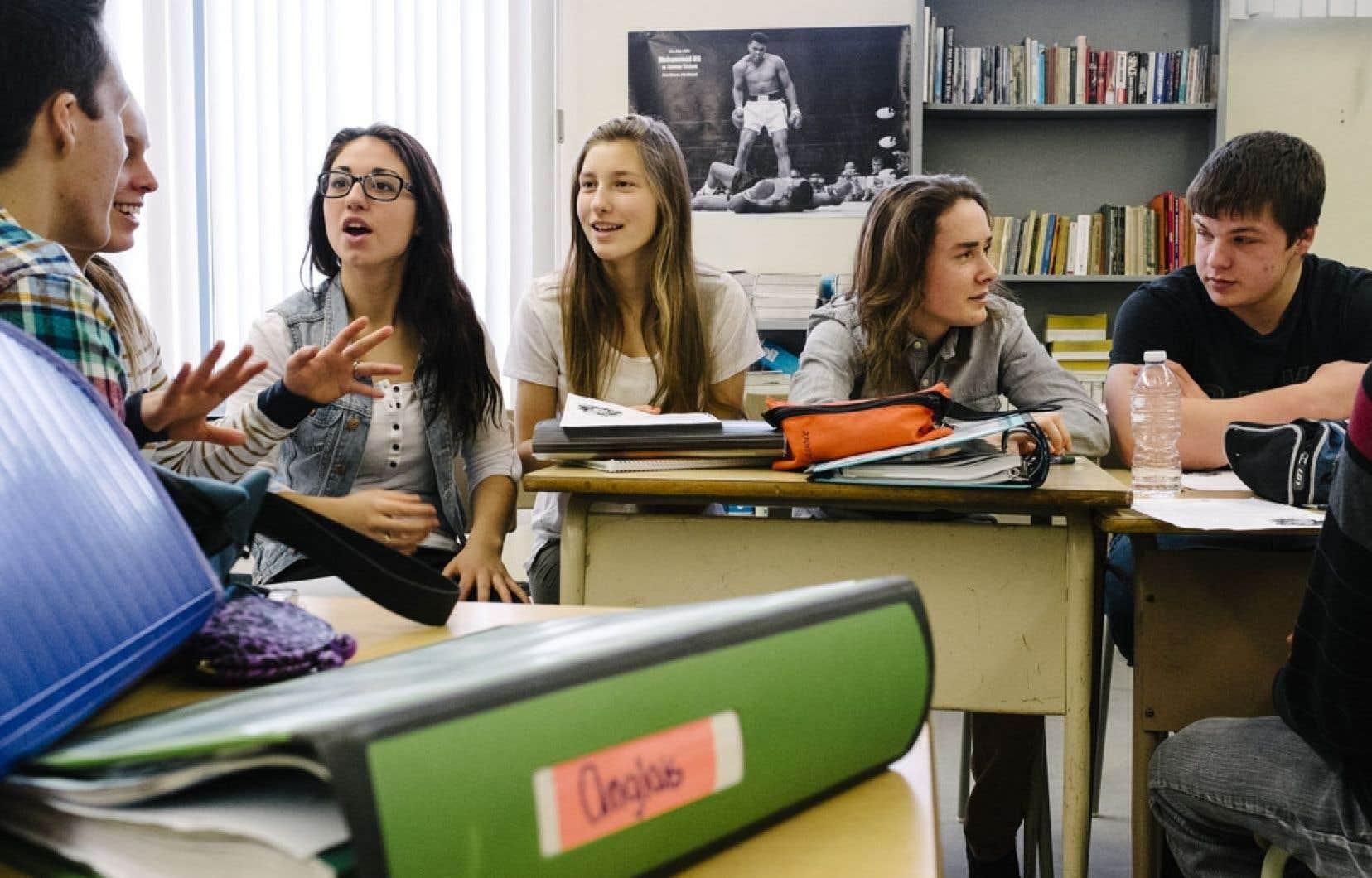 À l'École secondaire de Donnacona, des élèves de 5e secondaire se questionnent sur la pertinence de la charte des valeurs. Certains croient être plus ouverts aux questions de religion que leurs parents.