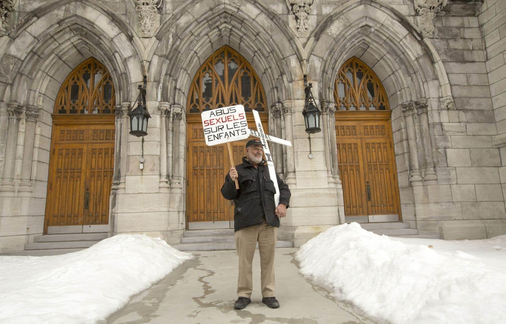 Manifestation de l'Association des victimes de prêtres devant l'église Saint-Viateur de Montréal en mars 2013.