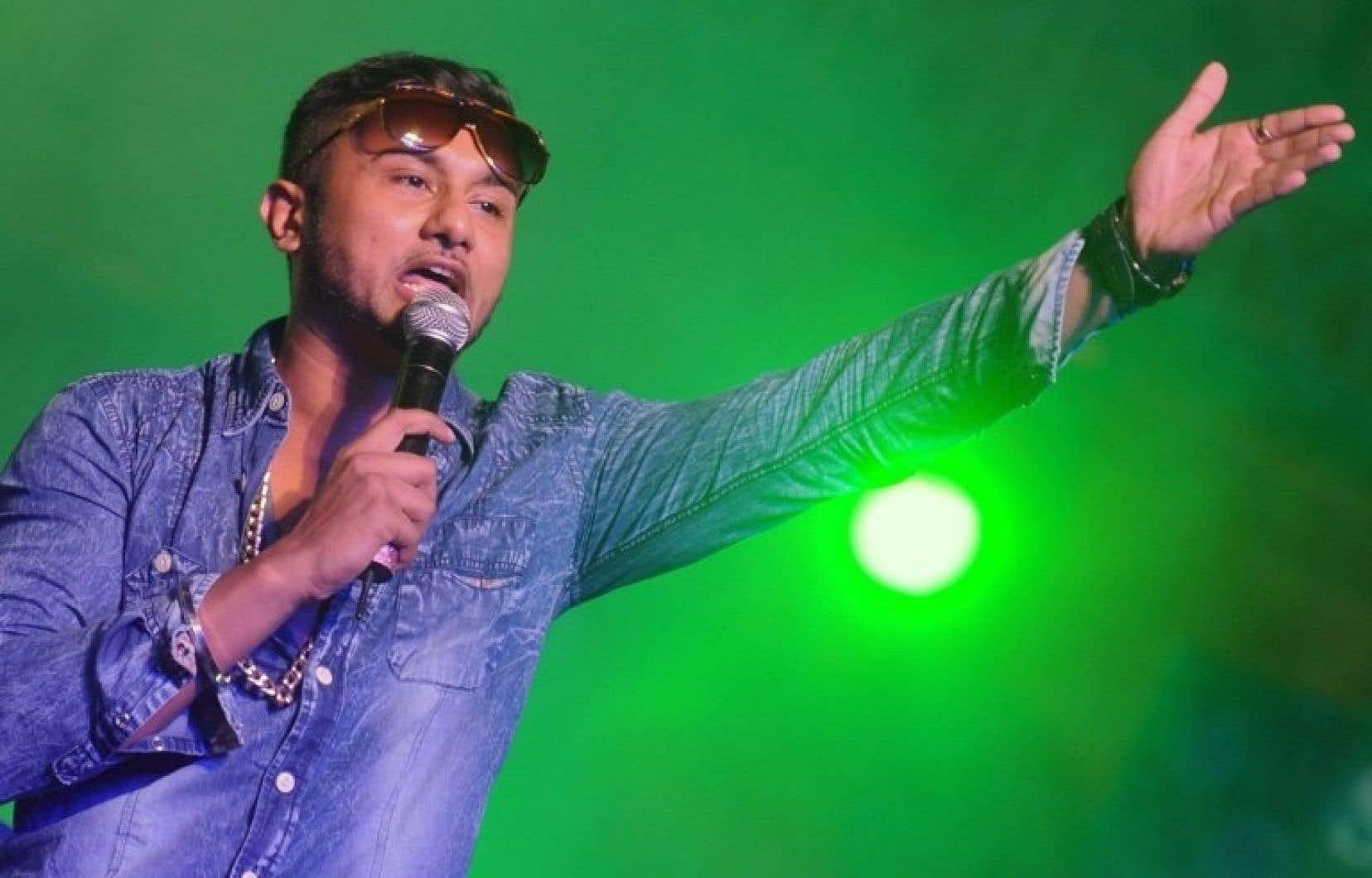 Immensément populaire, le jeune Pendjabi maintenant âgé de 30 ans traîne aussi avec lui un poids de controverse, pour avoir tenu dans ses chansons des propos sexistes et vulgaires.