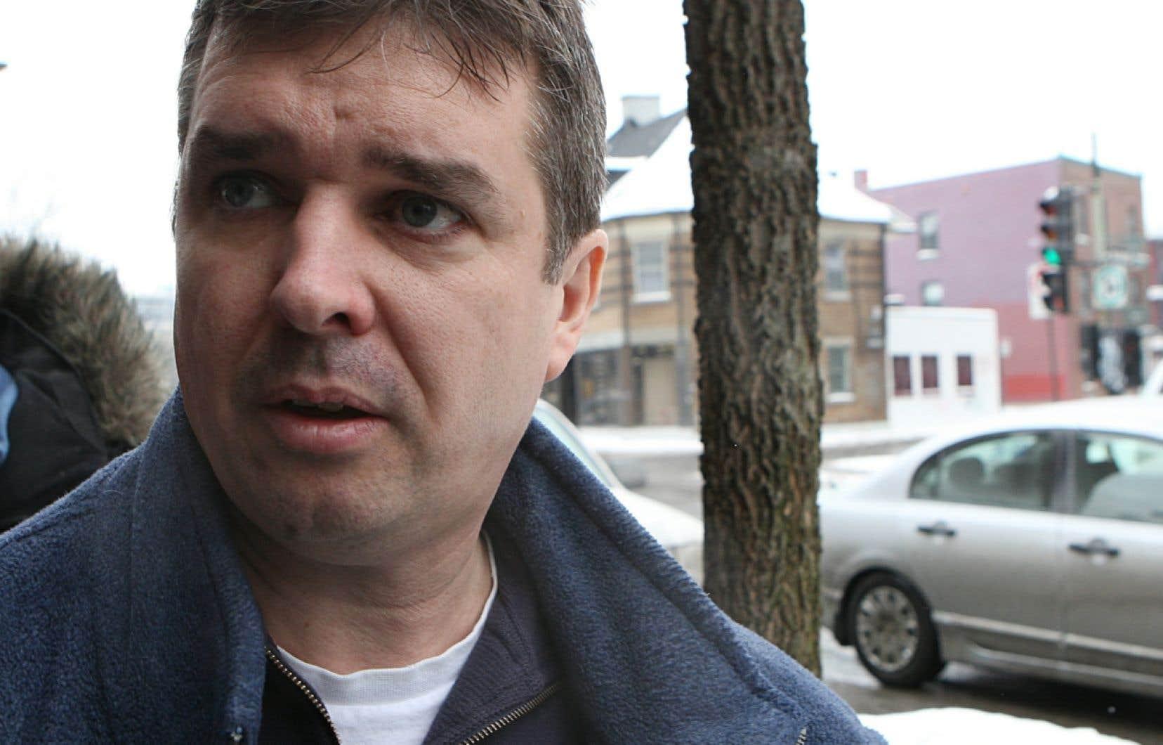 Vincent Lacroix, photographié alors qu'il arrivait à la maison de transition où il demeurait depuis sa libération de prison.