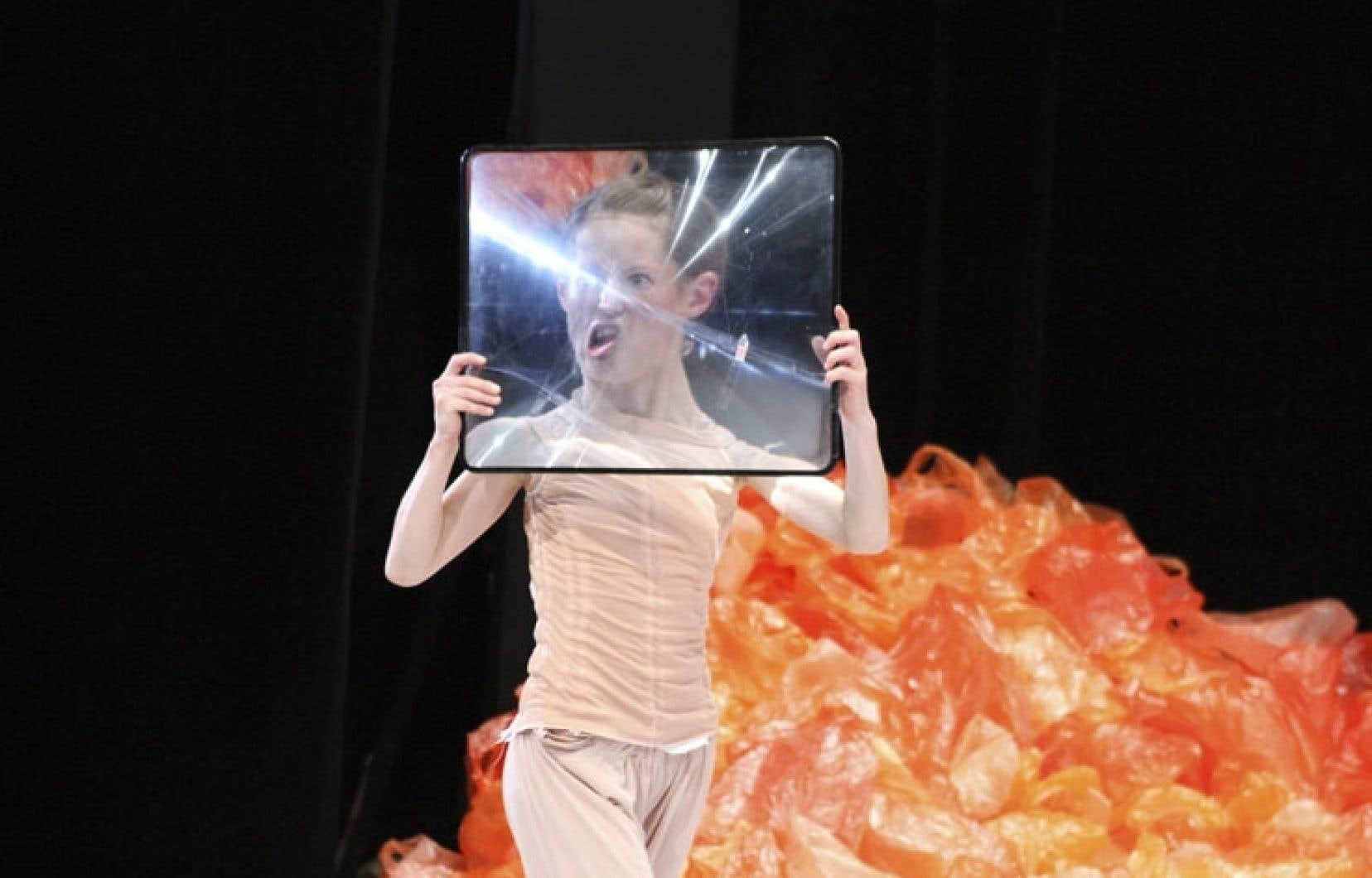 Le ballet devient la métaphore de nos codes sociaux, de ce qui est la normalité.