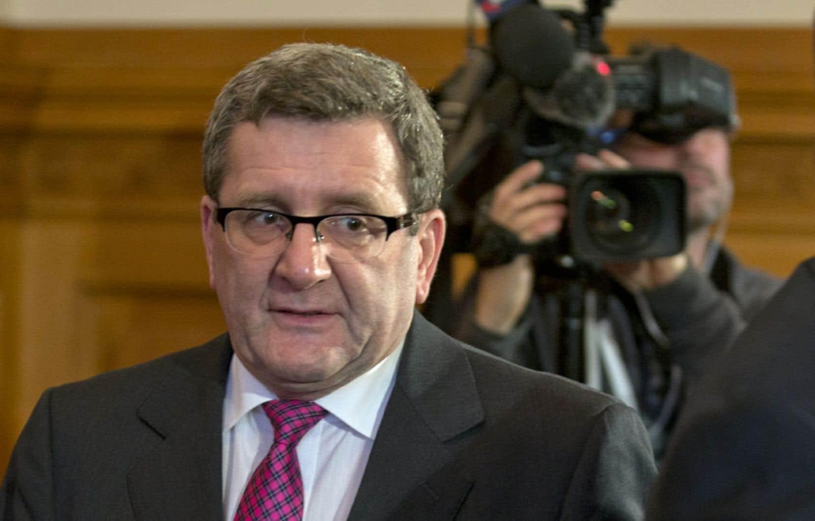 Le maire de Québec, Régis Labeaume, a indiqué qu'il n'avait aucun problème à laisser les femmes porter de tels maillots.