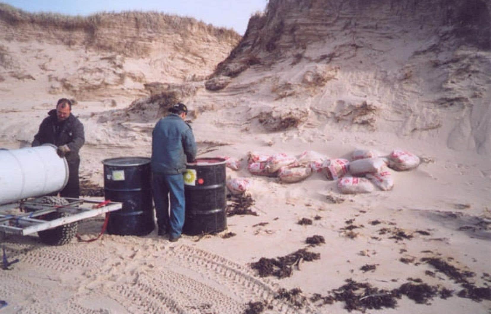 Environ 200000 sacs remplis de sable contaminé gisent sous les dunes des îles de la Madeleine.