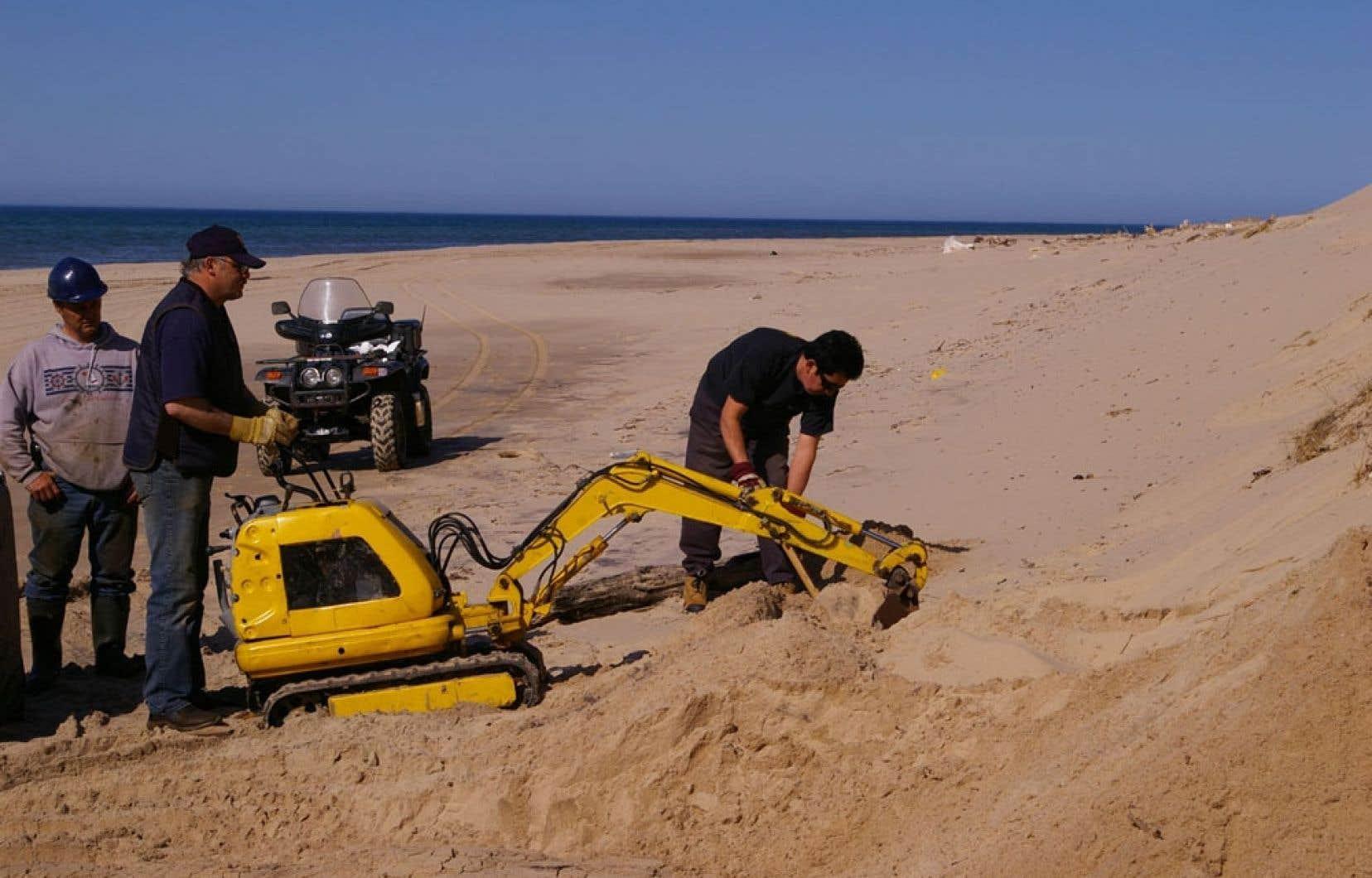 Des travaux d'extraction de sacs remplis de mazout ont été menés par la Garde côtière canadienne. Ces travaux s'effectuent à l'aide de machinerie, mais aussi manuellement.