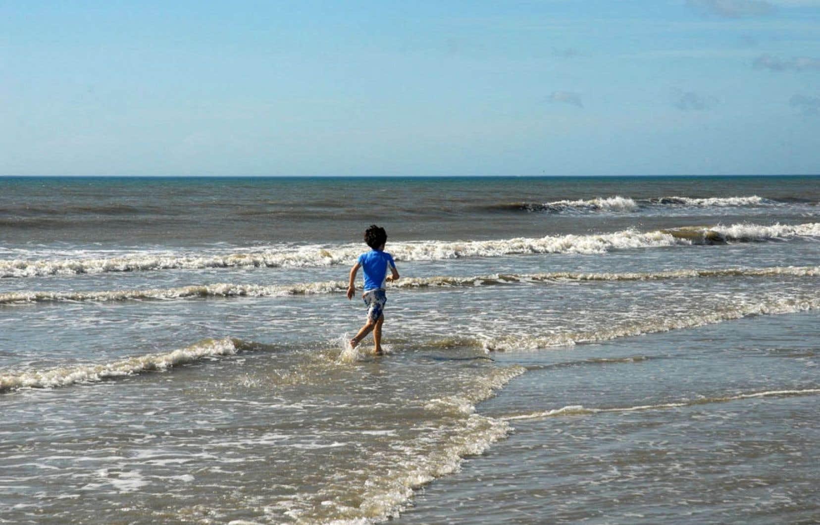 Cocoa Beach, avec sa lente et longue inclinaison, est parfaite pour les jeunes baigneurs.