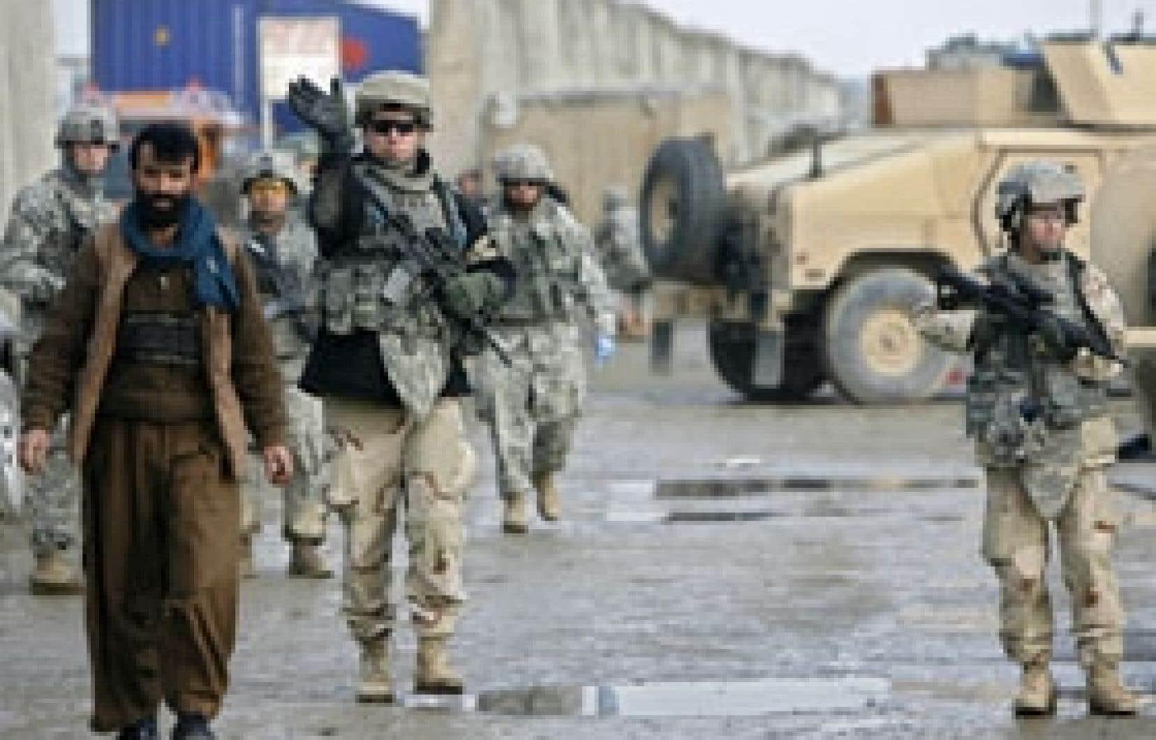 Des soldats américains ont inspecté hier les lieux de l'attentat qui s'est produit près d'une base militaire.