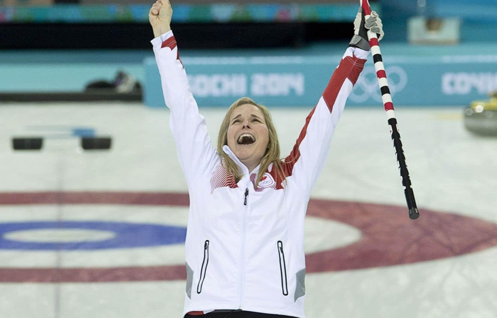 La capitaine de l'équipe canadienne a levé les bras au ciel après avoir lancé la dernière pierre scellant l'issue de la rencontre.